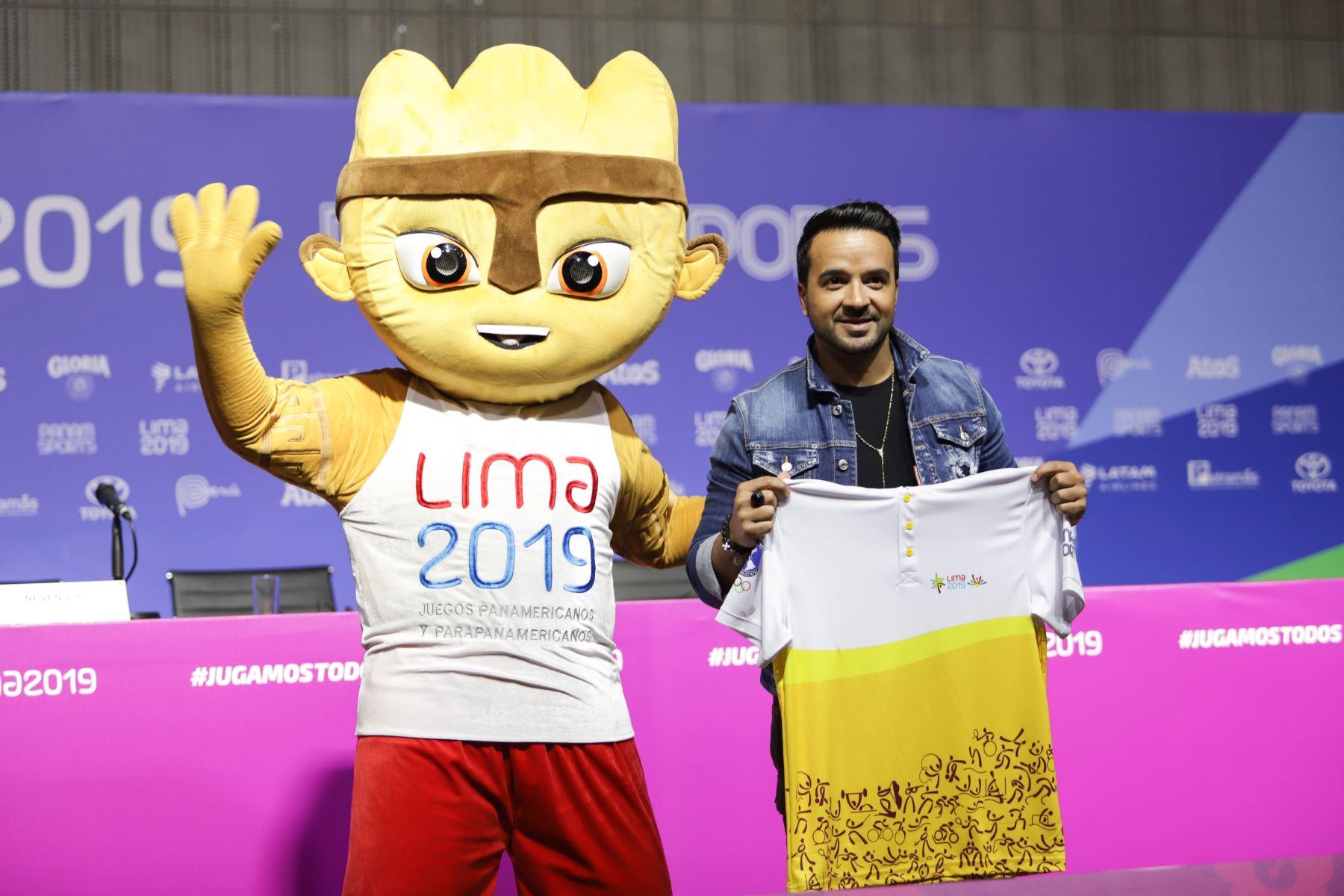 Fonsi posa junto al muñeco Milco, que representa el espíritu de estos Juegos Panamericanos Lima 2019, mientras sostiene una camiseta alusiva al evento.ANDINA/Jorge Tello