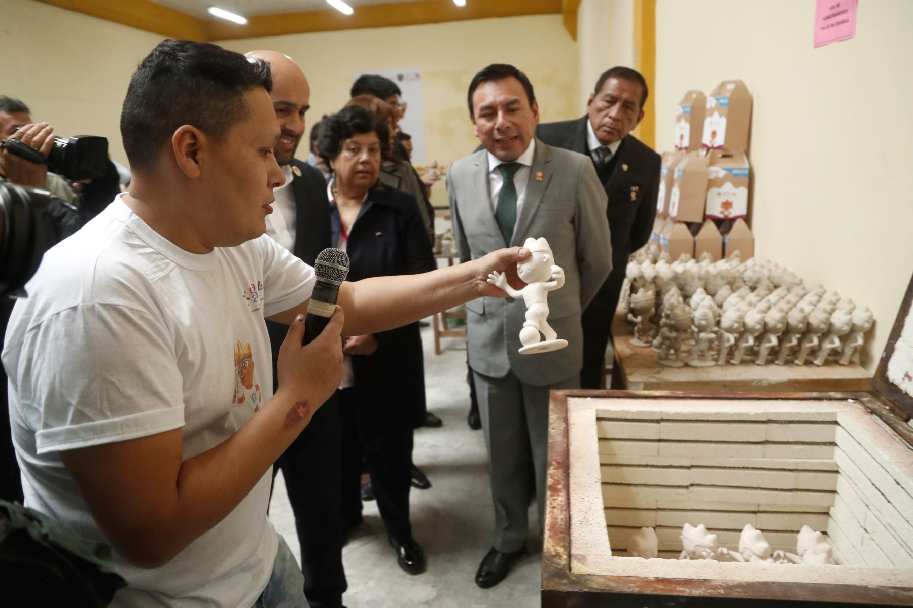 Cesar Cardenas, del INPE y Juan Silva representante de Lima 2049. en la presentación de mascota MILCO en el penal de Lurigancho. Foto: ANDINA/Josue Ramos