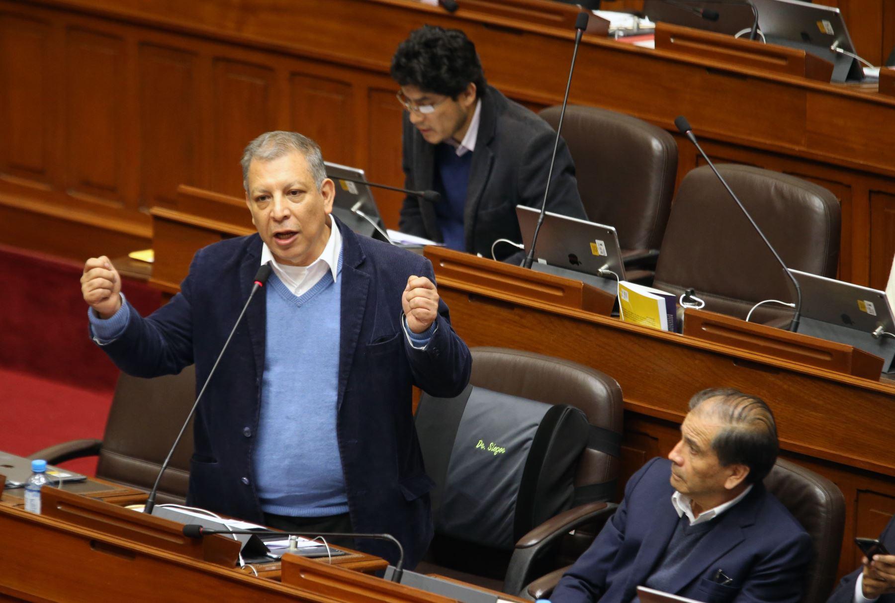 Congresista Marco Arana participa en el pleno del Congreso que debate los proyectos de reforma política presentadas por el Poder Ejecutivo.   Foto: ANDINA/Norman Córdova