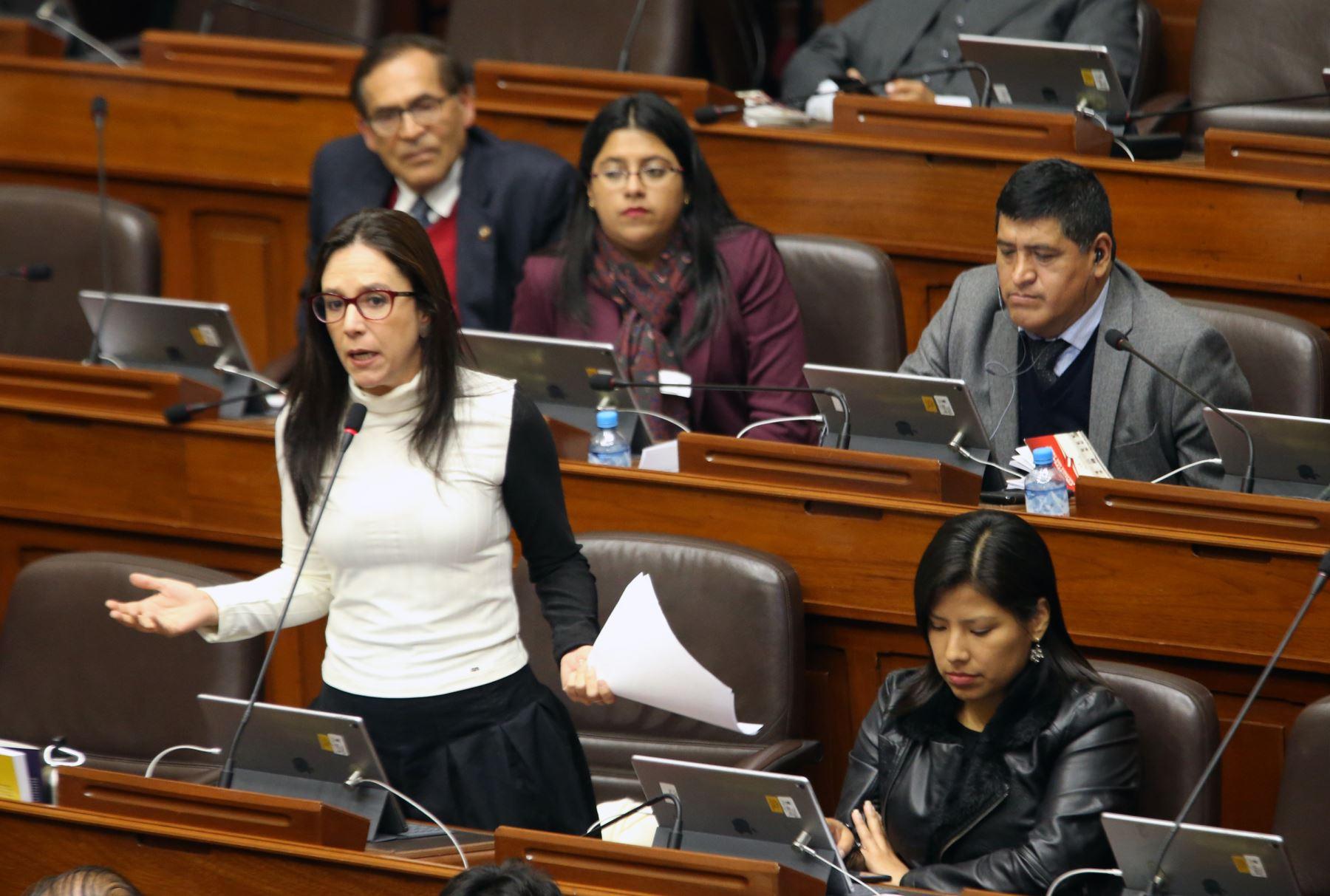 Congresista Marisa Glave participa en  el pleno del Congreso que  debate los proyectos de reforma política presentadas por el Poder Ejecutivo.   Foto: ANDINA/Norman Córdova