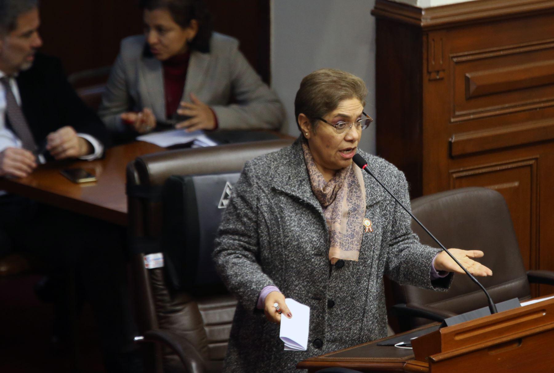 Congresista Luz Salgado participa en el pleno del Congreso que debate los proyectos de reforma política presentadas por el Poder Ejecutivo.   Foto: ANDINA/Norman Córdova