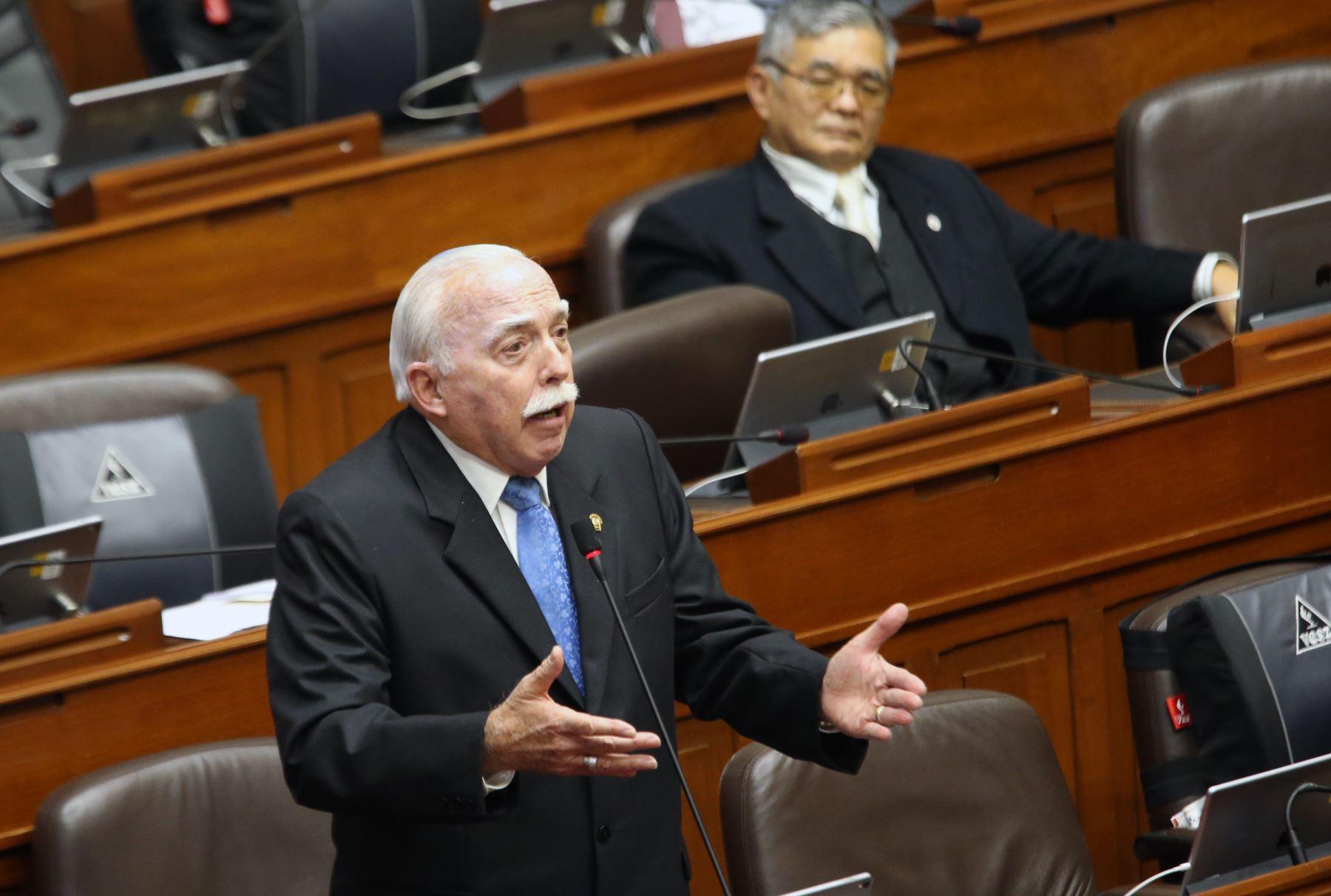 Congresista Carlos Tubino participa en el pleno del Congreso que  debate los proyectos de reforma política presentadas por el Poder Ejecutivo.   Foto: ANDINA/Norman Córdova