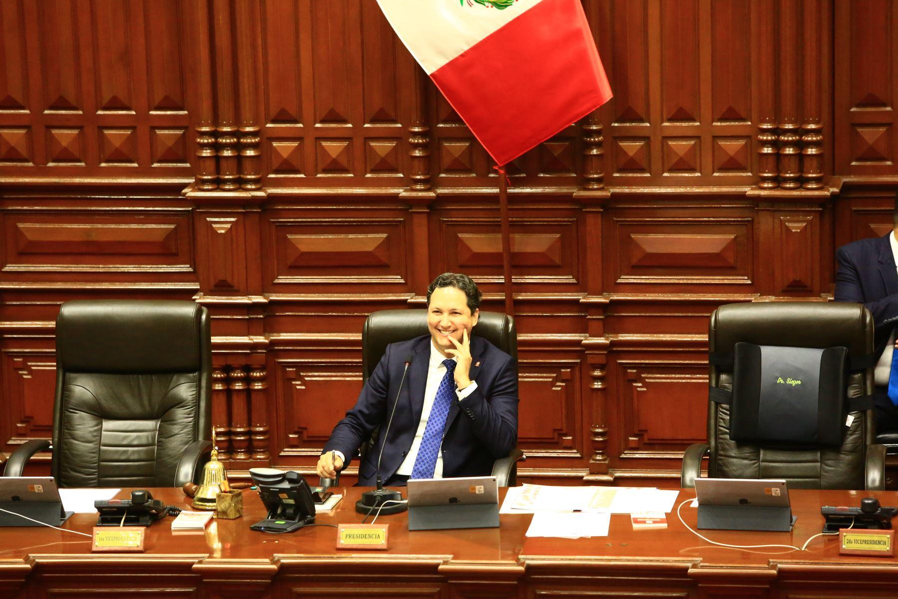 Presidente del Congreso, Daniel Salaverry dirige  el pleno del Congreso que  debate los proyectos de reforma política presentadas por el Poder Ejecutivo.   Foto: ANDINA/Pedro Cardenas