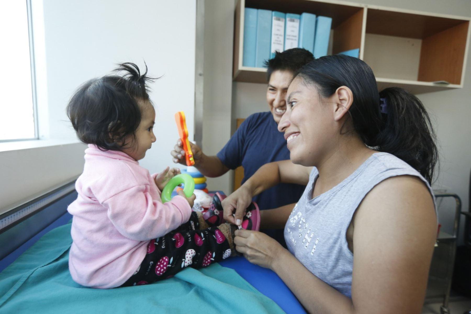 Durante la primera infancia es fundamental que la madre y el padre de la niña o niño le expresen amor y atención para que más adelante sea una persona emocionalmente segura.  ANDINA/Difusión
