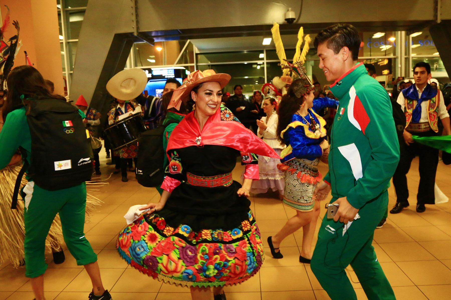 Alcalde de Lima, Jorge Muñoz recibe en el aeropuerto Jorge Chavez a la delegación mexicana que participará  en los XVIII Juegos Panamericanos y Juegos Parapanamericanos. Foto: ANDINA/Pedro Cardenas
