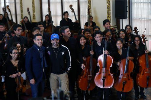 Juan Diego Flórez y Luis Fonsi junto a los niños de Sinfonía por el Perú