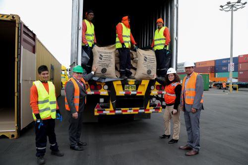 Ministra del Ambiente Lucía Ruíz supervisó envío de 50 toneladas de cacao fino  exportado a Italia desde Madre de Dios
