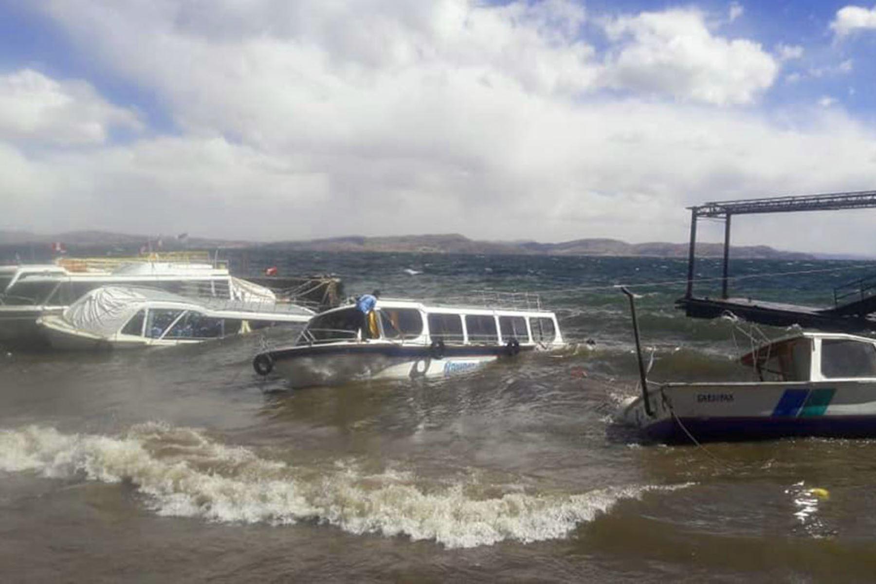 Vientos fuertes causan oleajes anómalos en el lago Titicaca, en Puno. ANDINA