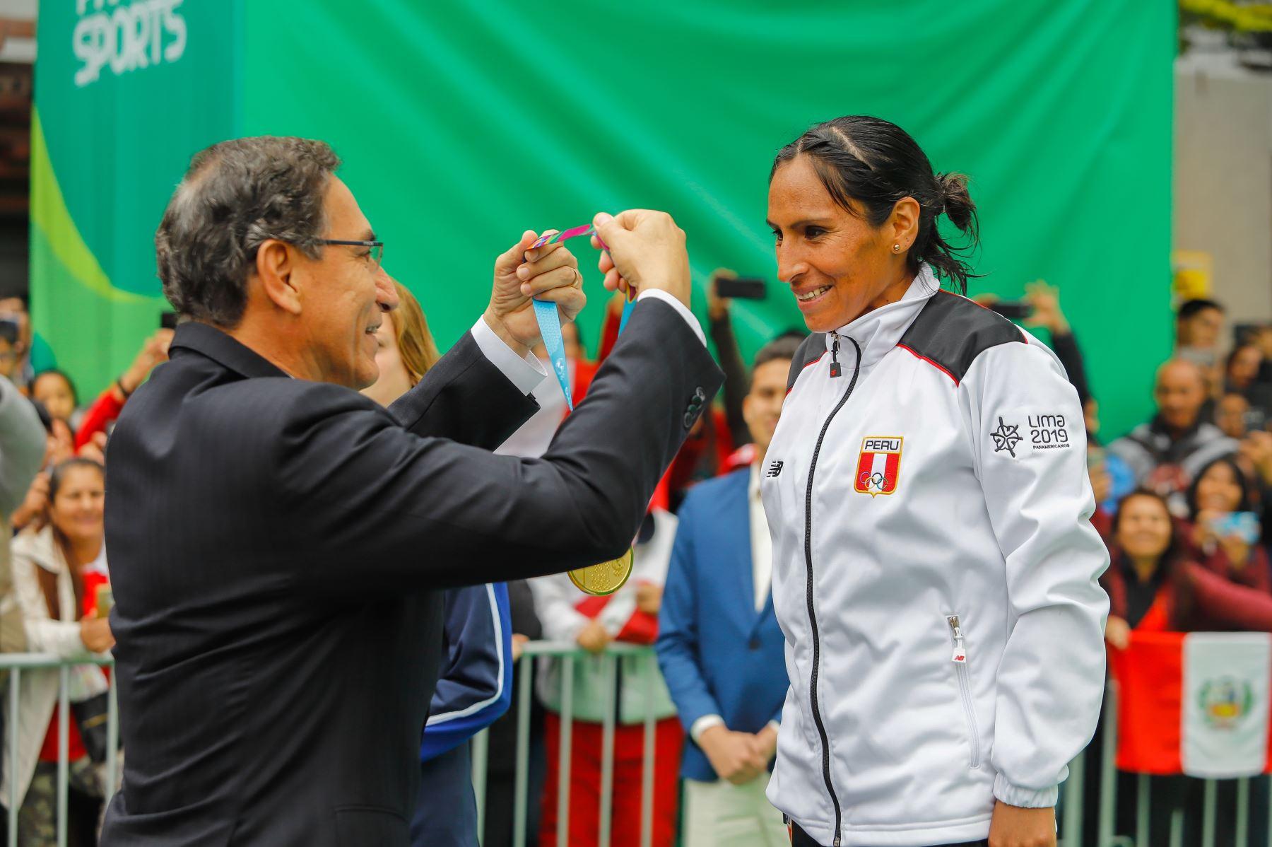 El presidente de la República, Martín Vizcarra, entregó hoy la medalla de oro a los atletas nacionales Gladys Tejeda y Christian Pacheco, campeones panamericanos en la maratón de mujeres y varones respectivamente, en los Juegos Panamericanos Lima 2019.  Foto: ANDINA/Prensa Presidencia