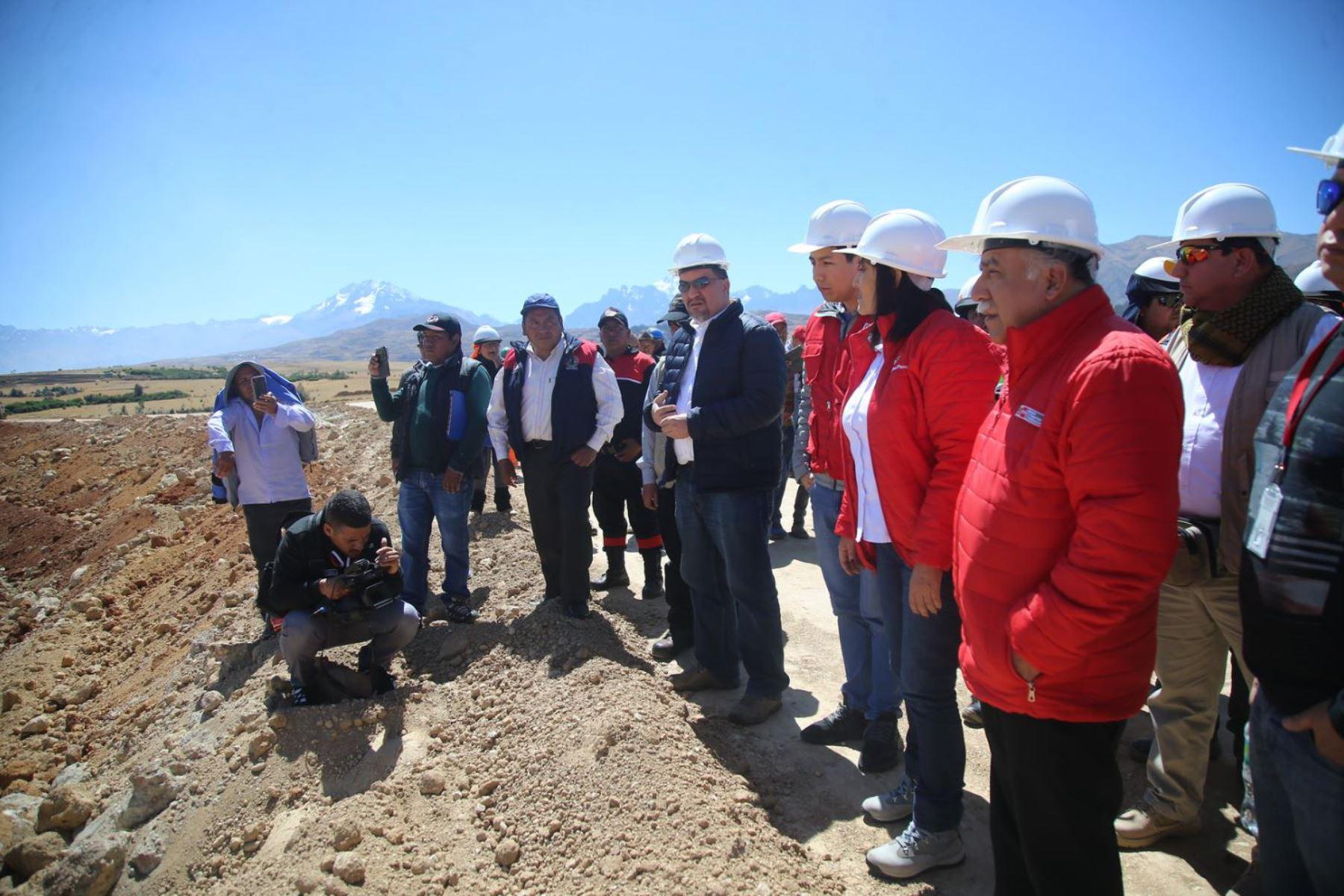 La ministra de Transportes y Comunicaciones, María Jara, supervisó el movimiento de tierras del futuro Aeropuerto Internacional de Chinchero (Cusco).