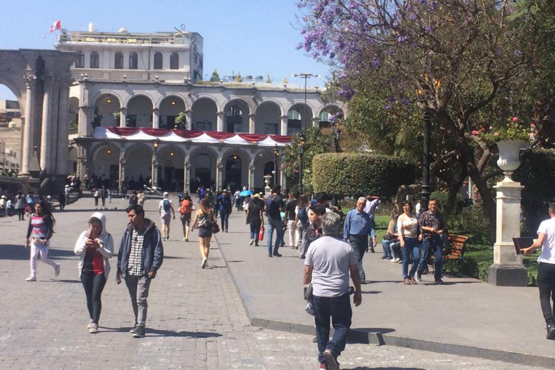 Comercios del centro de Arequipa normalizan sus actividades y turistas transitan libremente por las calles pese a paro. ANDINA