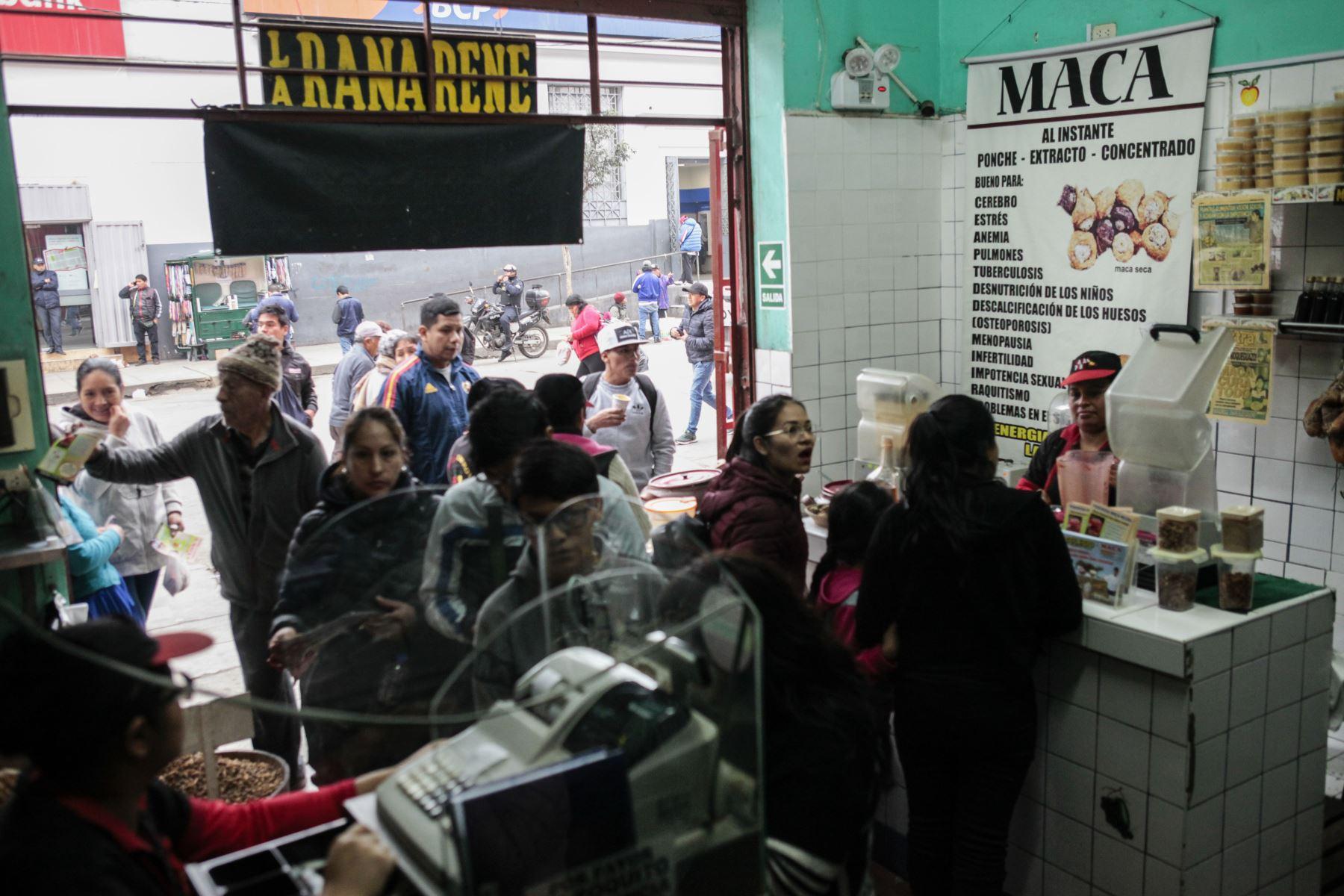 Son muchos los clientes que ingresan a la tienda de Jr. Humbolt en el emporio comercial de gamarra. Foto: ANDINA/Miguel Mejía Castro