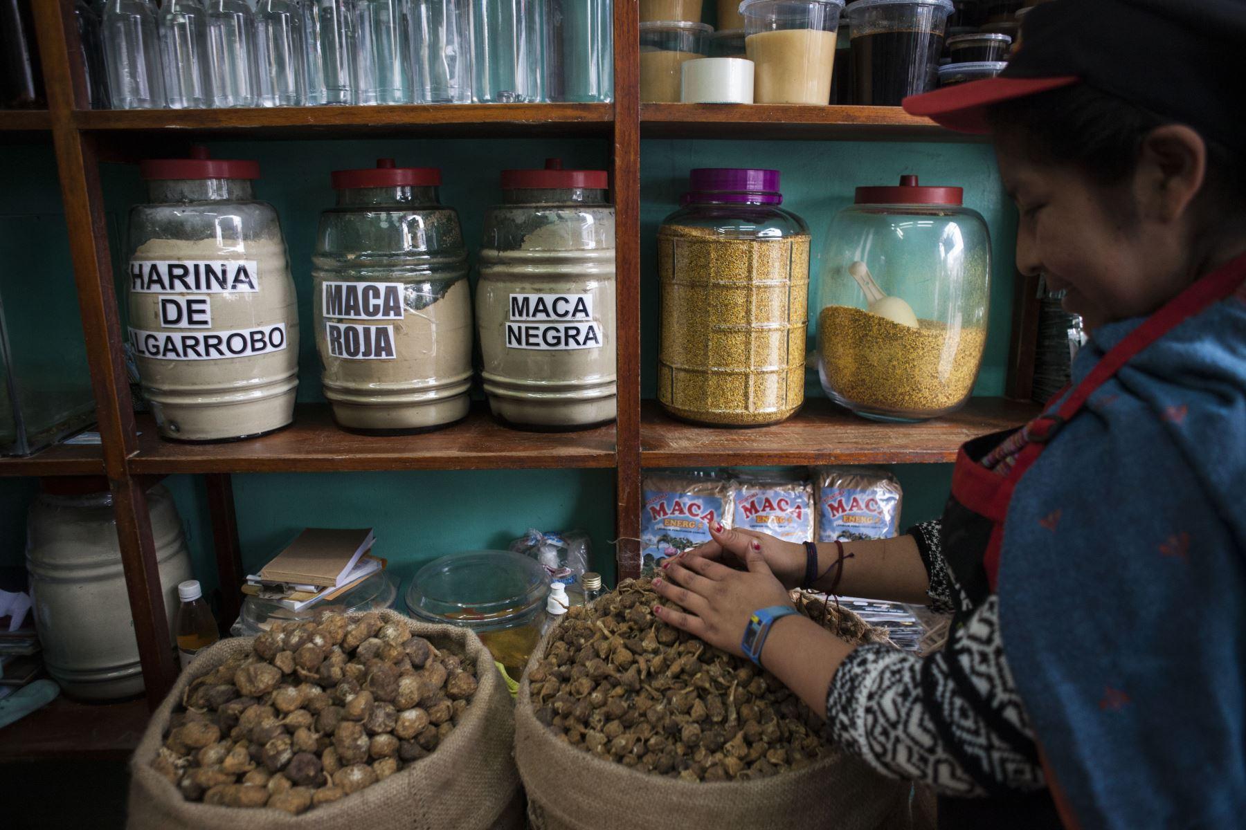 Venta de maca y derivados, raíz andina con propiedades energéticas y curativas.  Foto: ANDINA/Miguel Mejía Castro