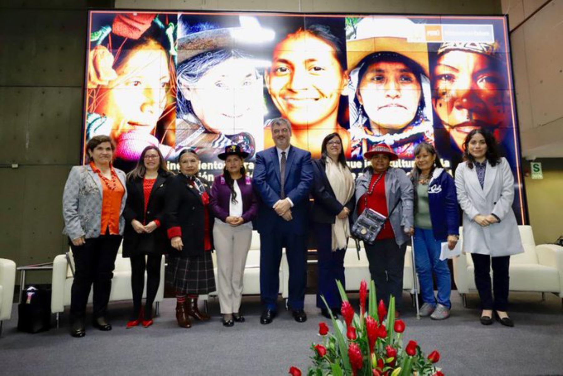 """El ministro de Cultura, Luis Jaime Castillo, participa en el conversatorio """"Desarrollo integral de los pueblos indígenas u originarios: mujeres indígenas en el Perú"""" ."""