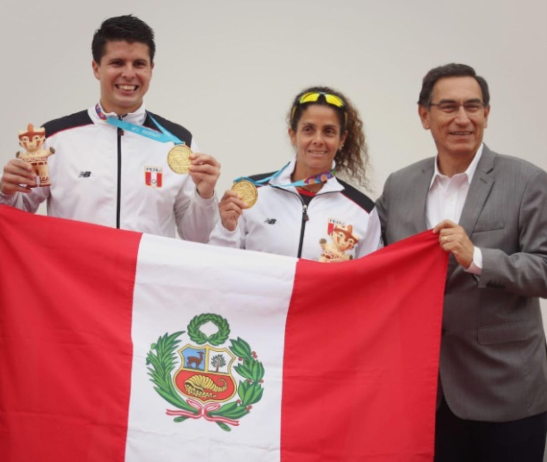 Presidente Vizcarra entrega medallas a campeones panamericanos en frontón, Claudia Suárez y Kevin Martínez.
