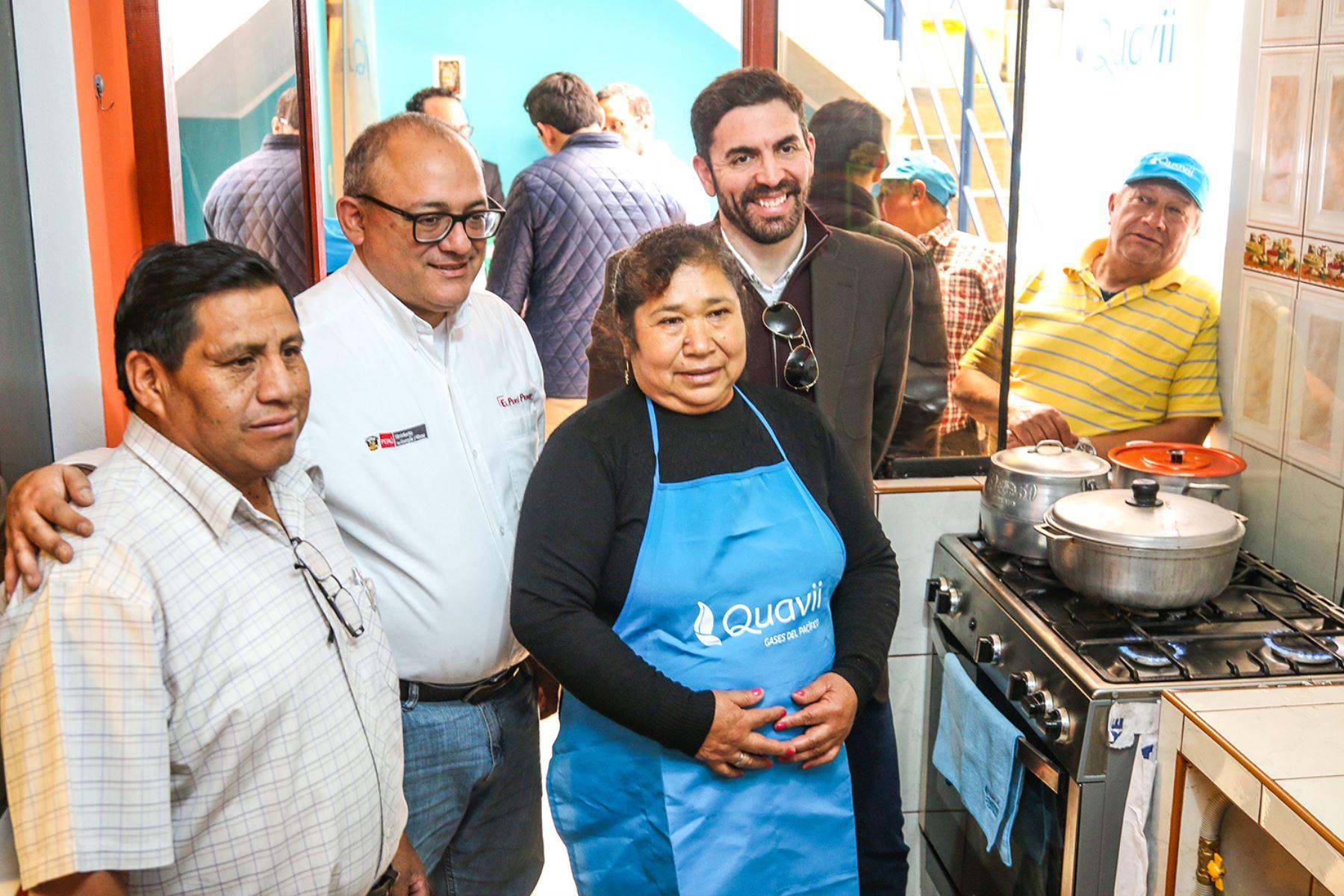 Viceministro de Hidrocarburos, Eduardo Guevara Dodds, visita familia beneficiada con el gas natural en Cajamarca. Foto: Cortesía.