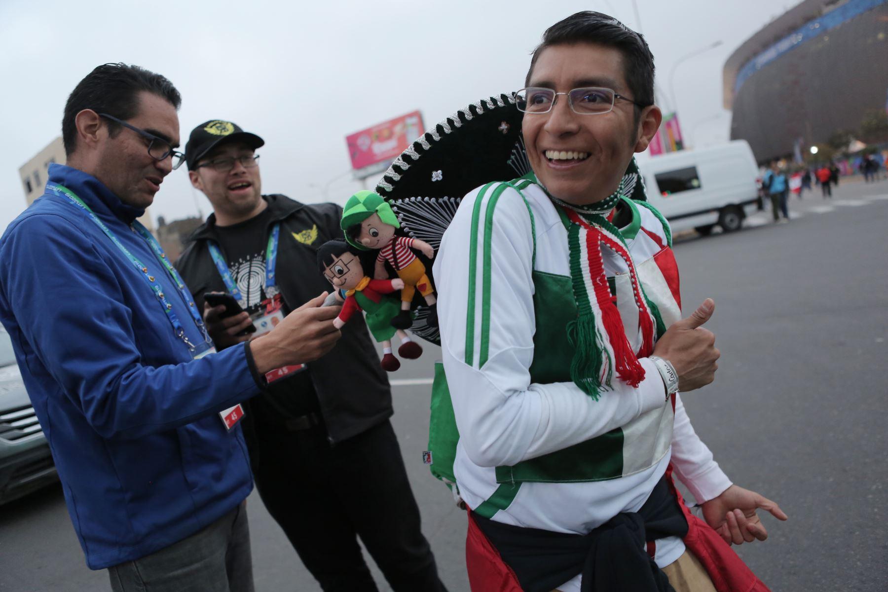 Aficionados llegan al estadio Nacional para la clausura de los Juegos Panamericanos Lima 2019. Foto: ANDINA/David Huamaní