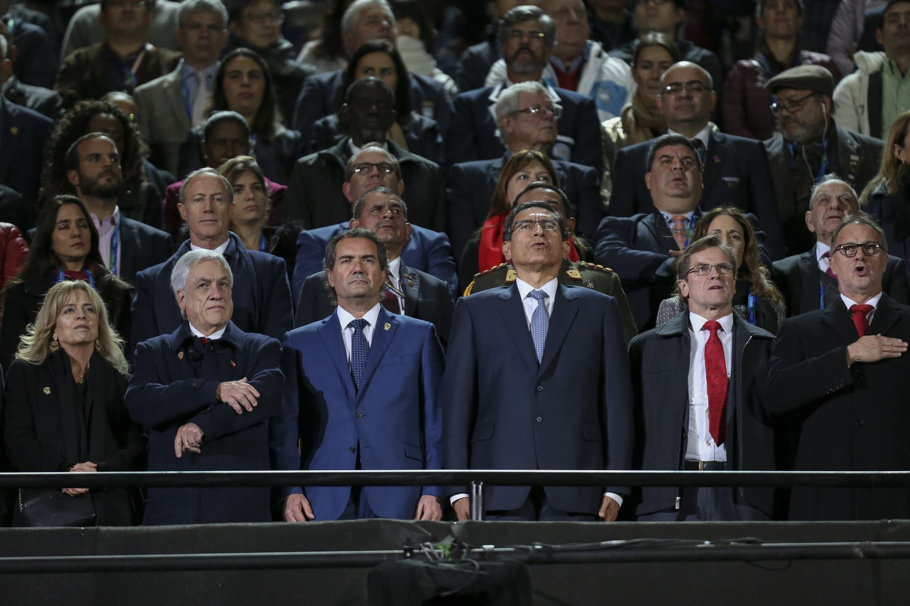 El presidente de Chile, Sebastian Pinera (2-L), el presidente de Panam Sports, el chileno Neven Ilic (3-L) y el presidente peruano Martin Vizcarra (3-R) asisten a la ceremonia de clausura de los Juegos Panamericanos de Lima 2019 en Lima el 11 de agosto 2019.AFP