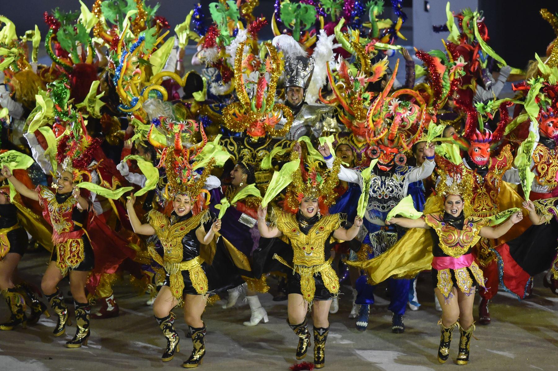 Los artistas representan escenas y artefactos de las culturas antiguas del Perú durante la ceremonia de clausura de los Juegos Panamericanos de Lima 2019 en Lima el 11 de agosto de 2019.AFP