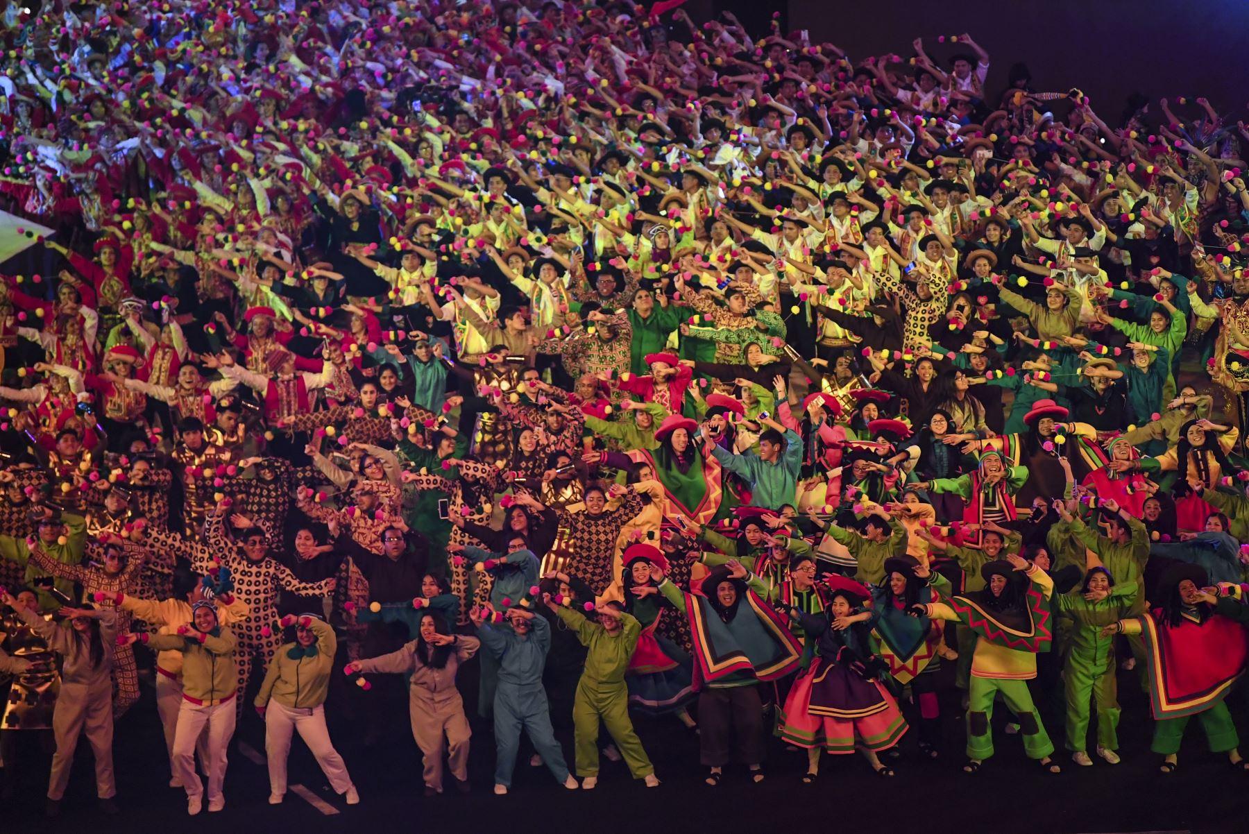 Los artistas bailan durante la ceremonia de clausura de los Juegos Panamericanos de Lima 2019 en Lima el 11 de agosto de 2019. AFP