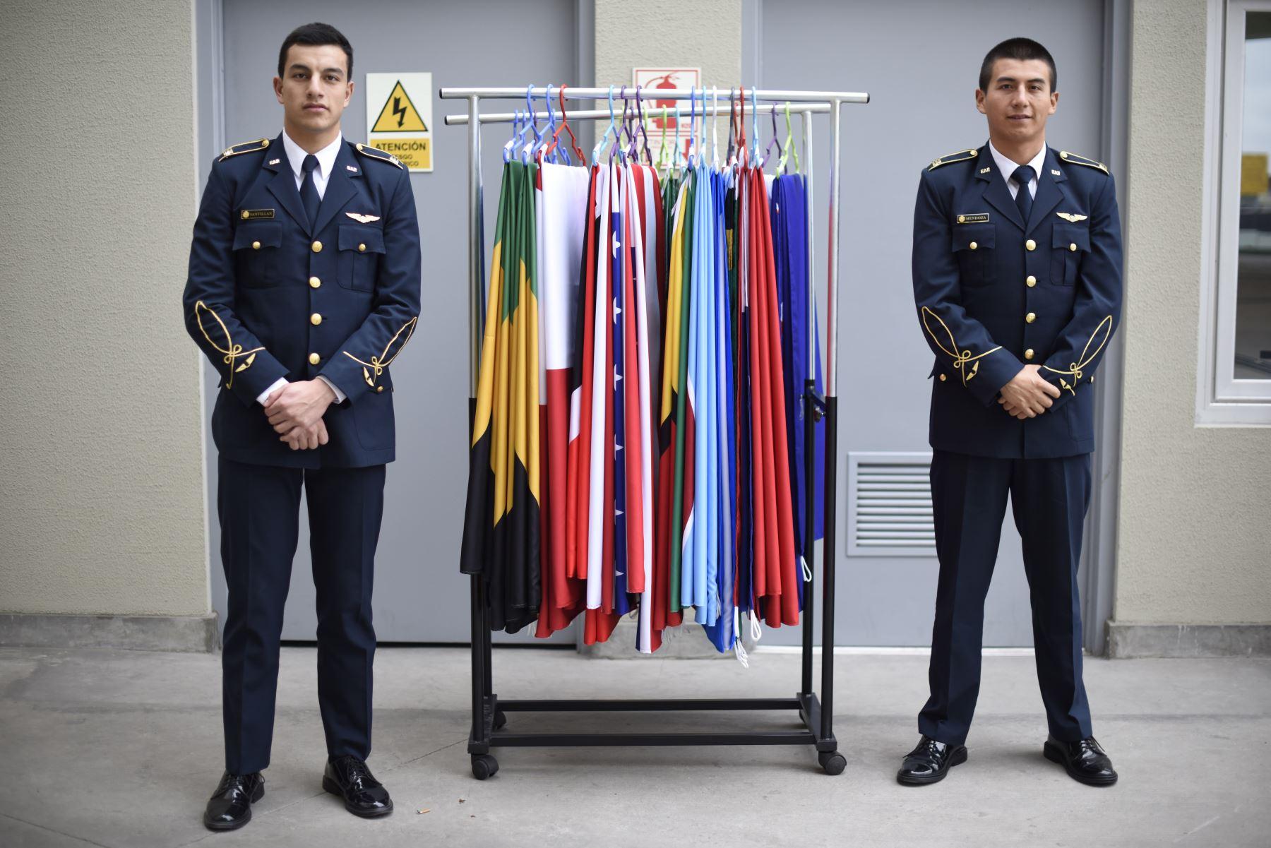Retrato de dos Jóvenes cadetes de la Fuerza Aérea del Perú. Al medio banderas de los países participantes de los panamericanos. Lugar: VIDENA. Foto: ANDINA/ Lima 2019