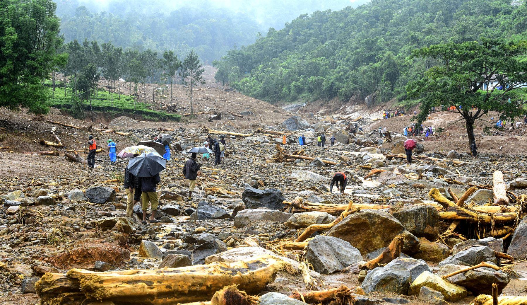 Voluntarios, residentes locales y miembros de la Fuerza Nacional de Respuesta a Desastres buscan sobrevivientes en los escombros que dejó un deslizamiento de tierra en Puthumala India.  Foto: AFP