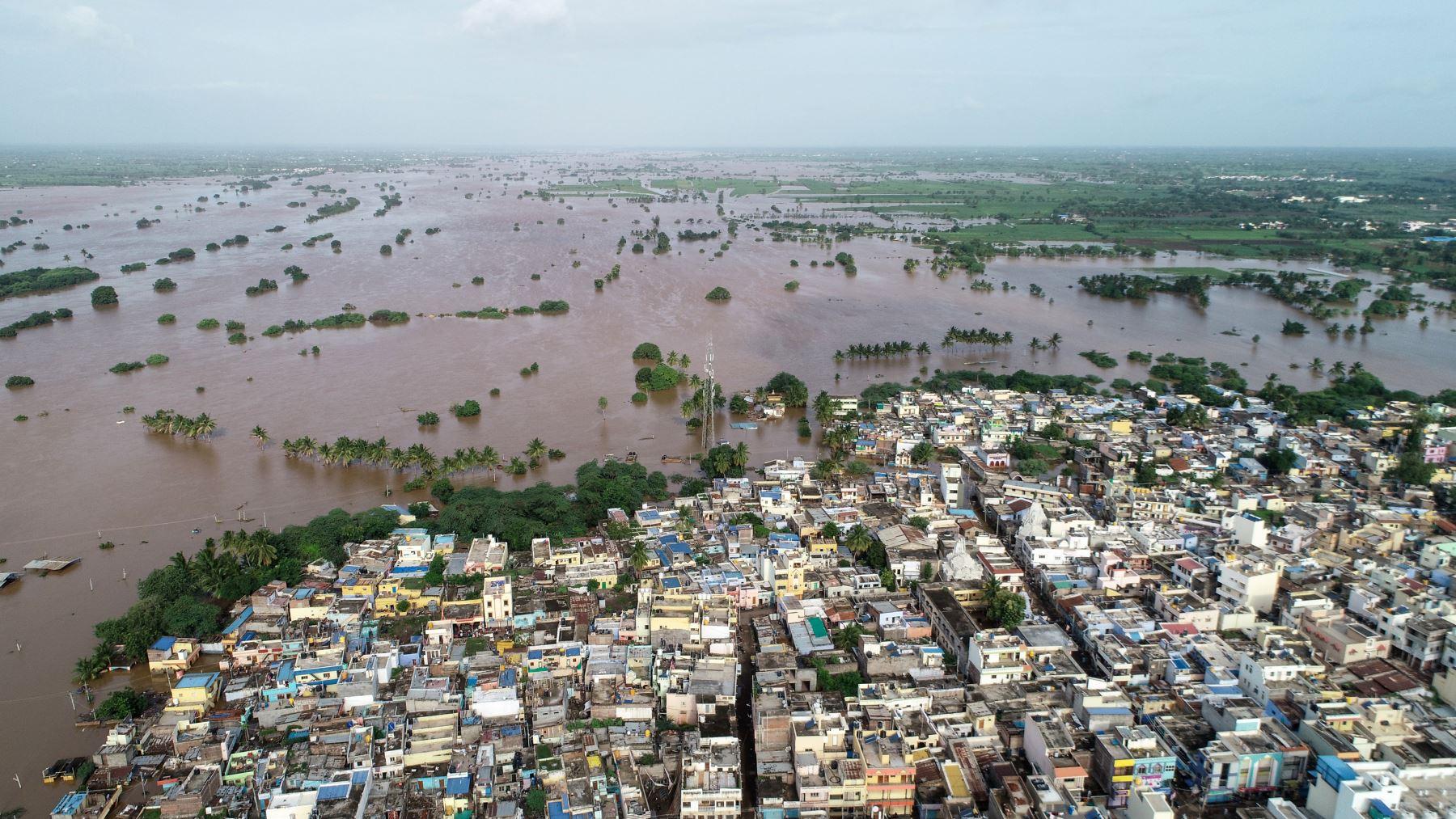 Las inundaciones han matado al menos a 100 personas. y desplazaron a cientos de miles en gran parte de la India con el estado más afectado del sur Kerala. AFP