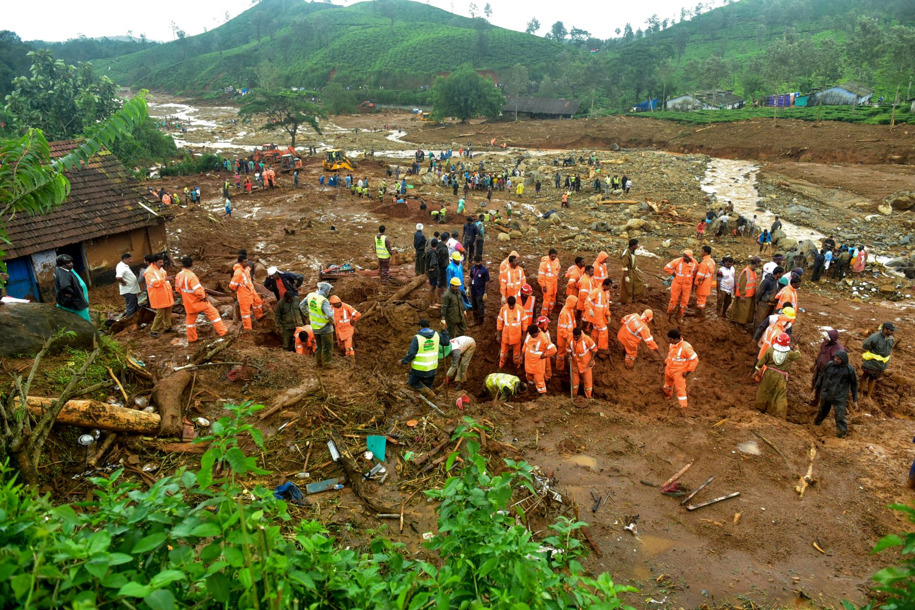 Voluntarios, residentes locales y miembros de la Fuerza Nacional de Respuesta a Desastres  buscan sobrevivientes en los escombros que dejó un deslizamiento de tierra en Puthumala, India. AFP