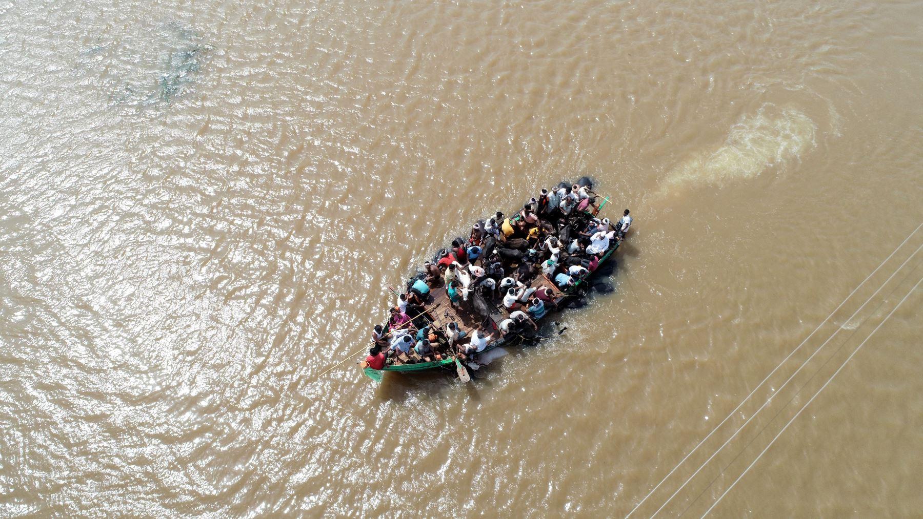 Vista aérea de rescatados en un barco por las inundaciones en la India. AFP