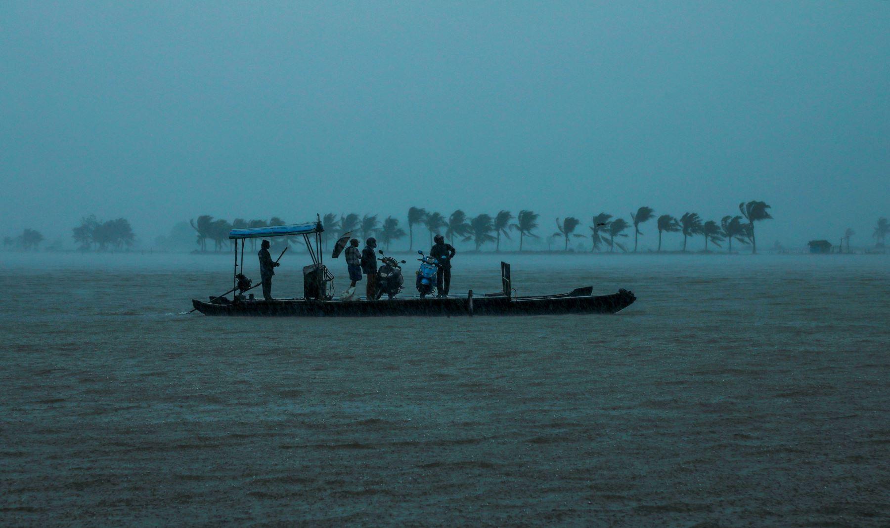 Residentes  evacuados de su hogar a un lugar más seguro después de las inundaciones, en el estado indio de Kerala. AFP