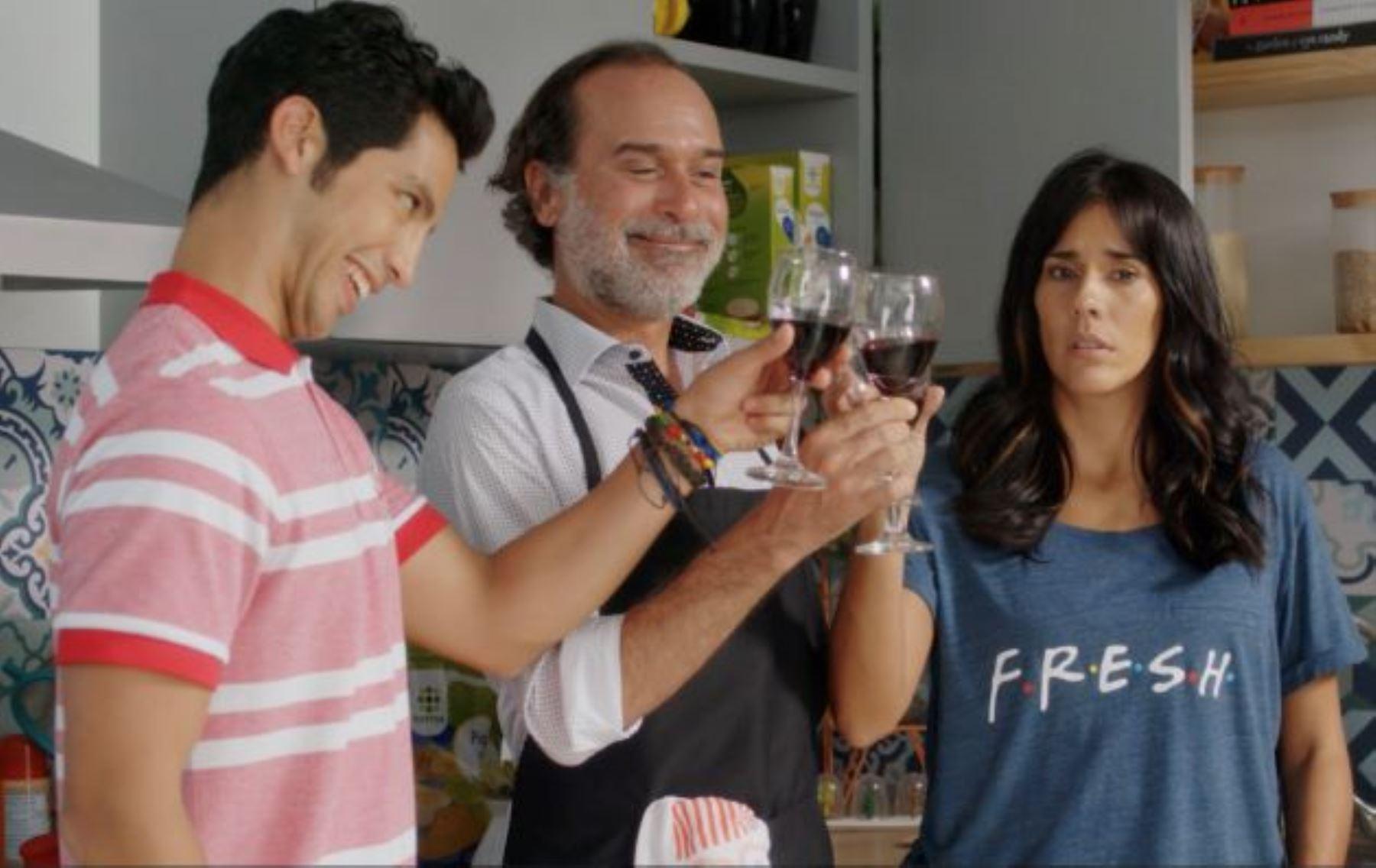 """Gianella Neyra en una escena junto a Paul vega y Santiago Suárez en """"Recontraloca""""."""