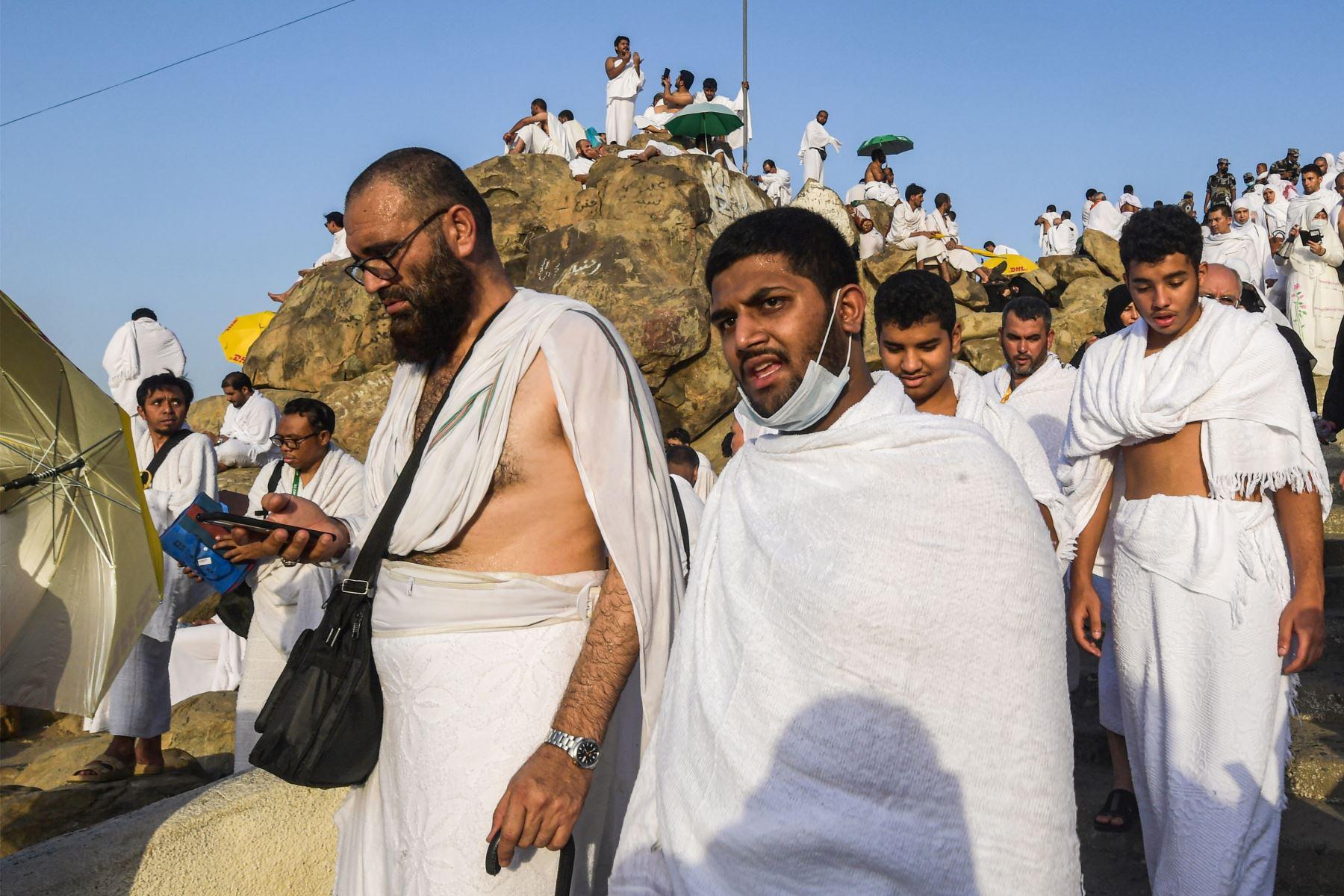 Peregrinos musulmanes usan sus teléfonos inteligentes en la cima del Monte Arafat, también conocido como Jabal al-Rahma (Monte de la Misericordia). Foto: AFP