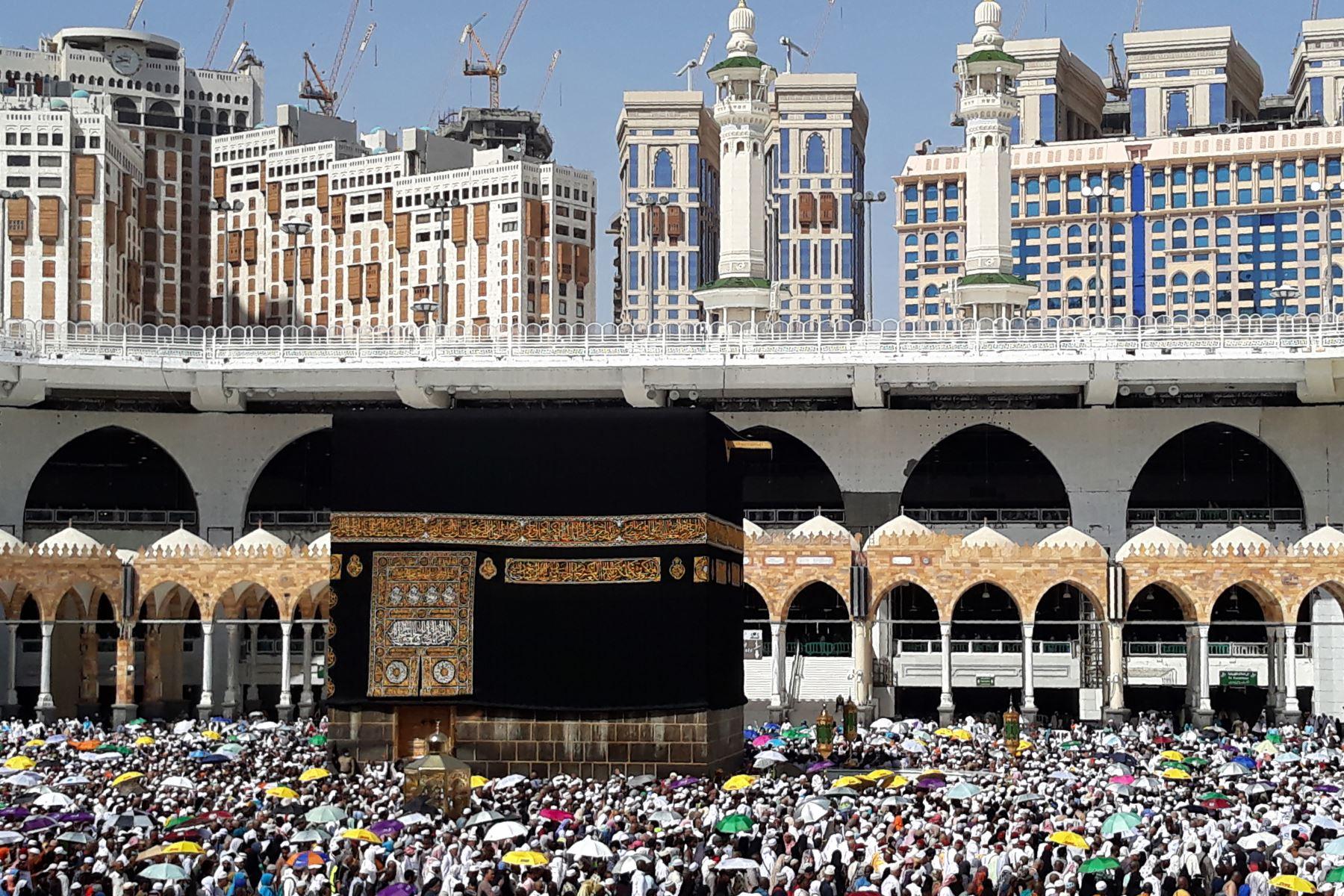 Peregrinos musulmanes realizan la última caminata alrededor de la Kaaba en la Gran Mezquita en la ciudad sagrada de La Meca. Foto: AFP