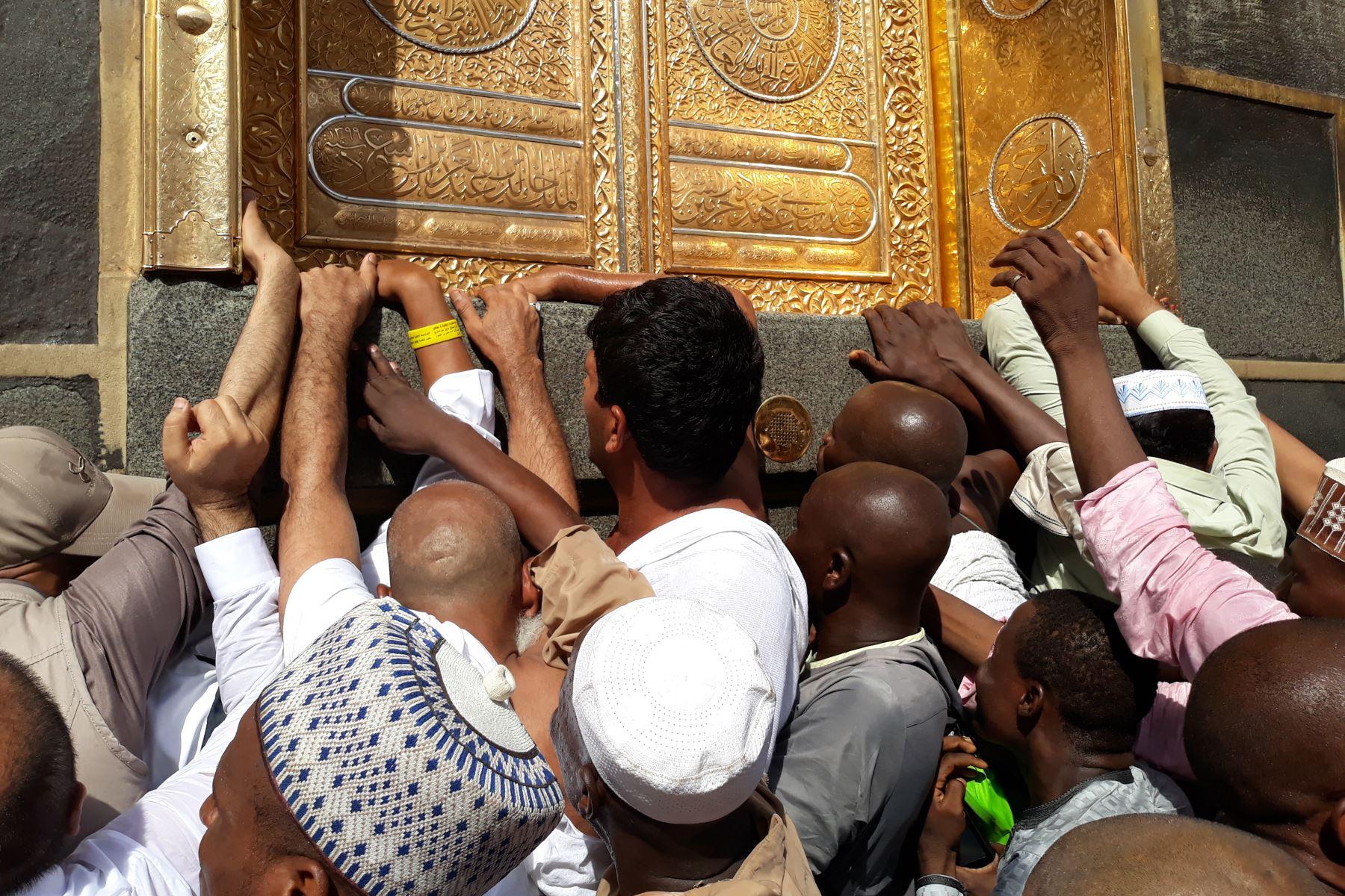 Peregrinos musulmanes se reúnen frente a la puerta de la Kaaba, el santuario más sagrado del Islam. Foto: AFP