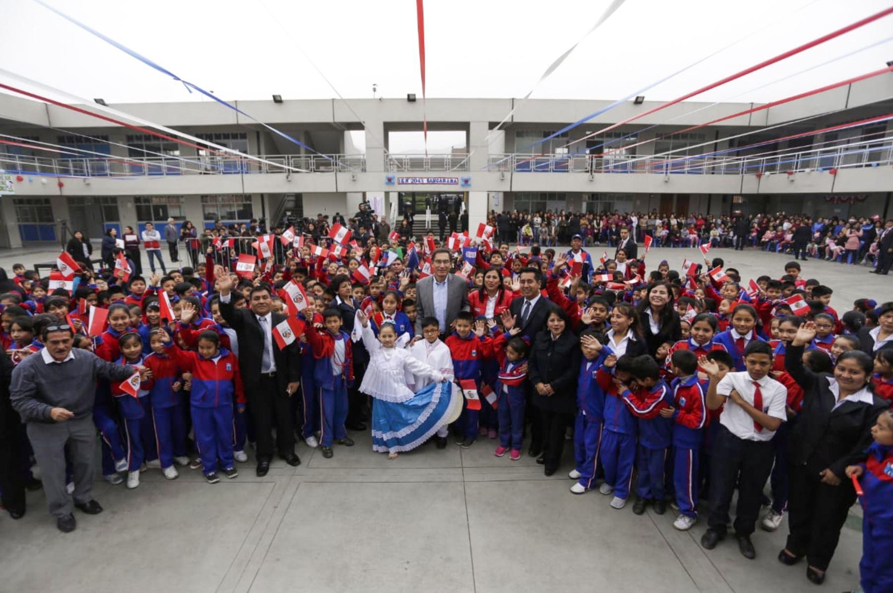 Presidente Martín Vizcarra inaugura en el distrito de Comas las obras de mejoramiento de la institución educativa Sangarará, acompañado de la ministra de Educación. Foto: ANDINA/ Prensa Presidencia