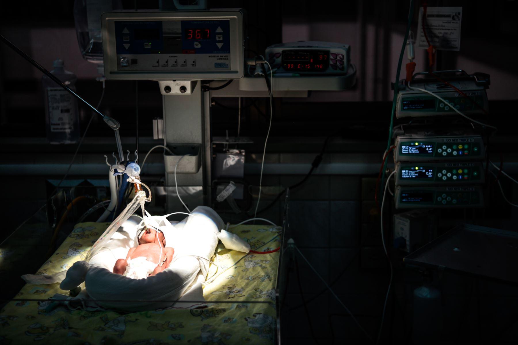 La ministra de Salud Zulema Tomás, recorre la maternidad de Lima para conocer experiencias de buen trato con motivo del Dia Nacional de la Salud y el Buen Trato al Paciente; como parte del énfasis en el trabajo que se realiza en los establecimientos de salud Lima y regiones. Foto: ANDINA/ Miguel Mejía