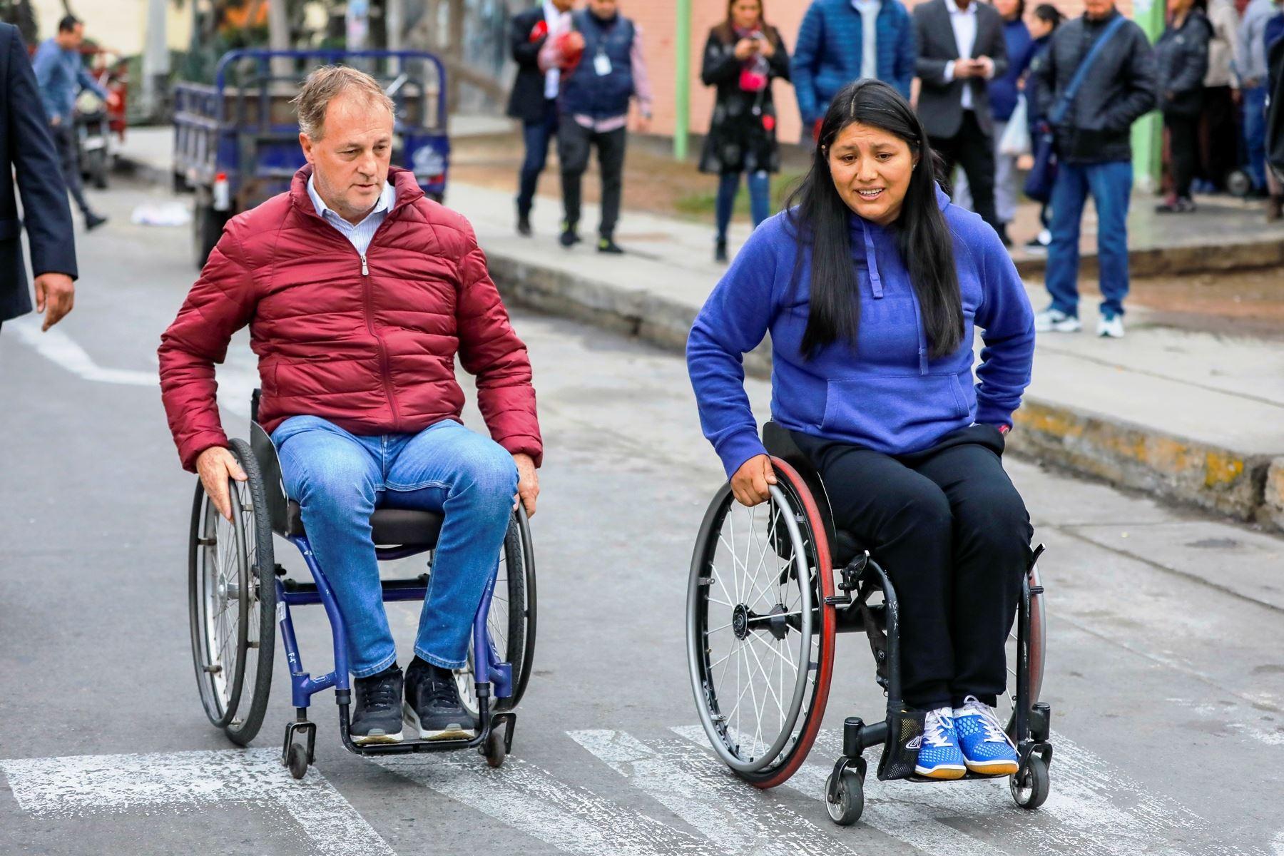 El alcalde de Lima, Jorge Muñoz, junto a la paraatleta Pilar Jáuregui, en campaña para mejorar infraestructura a favor de las personas con discapacidad. Foto: ANDINA/Difusión.