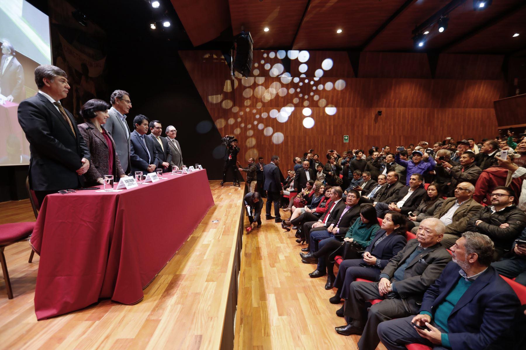 El presidente Martin Vizcarra participa en la ceremonia de  suscripción del Acta Final de Negociación del Sector Construcción Civil 2019-2020, entre la FTCCP y CAPECO . Foto: Ministerio de Vivienda