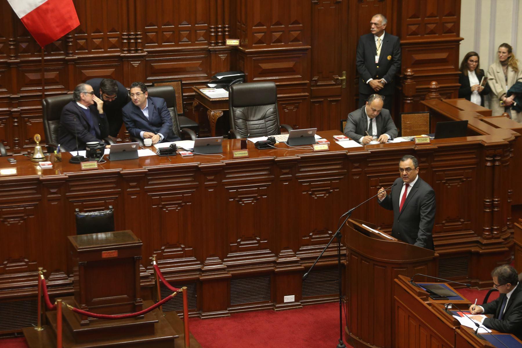 Ministro de Economía, Carlos Oliva expone ante el pleno del Congreso de la República. Foto:ANDINA /Eddy Ramos