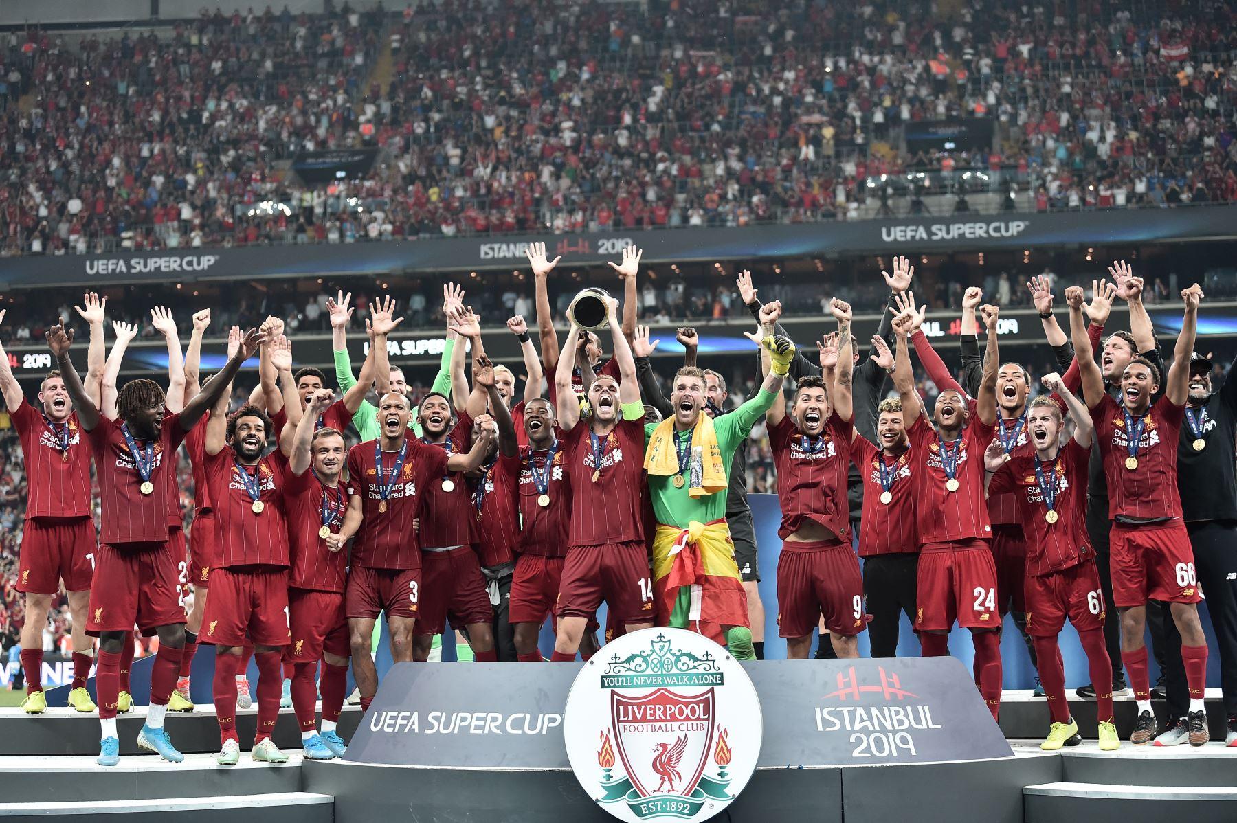 El equipo de Liverpool posa con el trofeo después de ganar el partido de fútbol de la Supercopa de la UEFA 2019 entre el FC Liverpool y el FC Chelsea en el Besiktas Park Stadium en Estambul.Foto:AFP