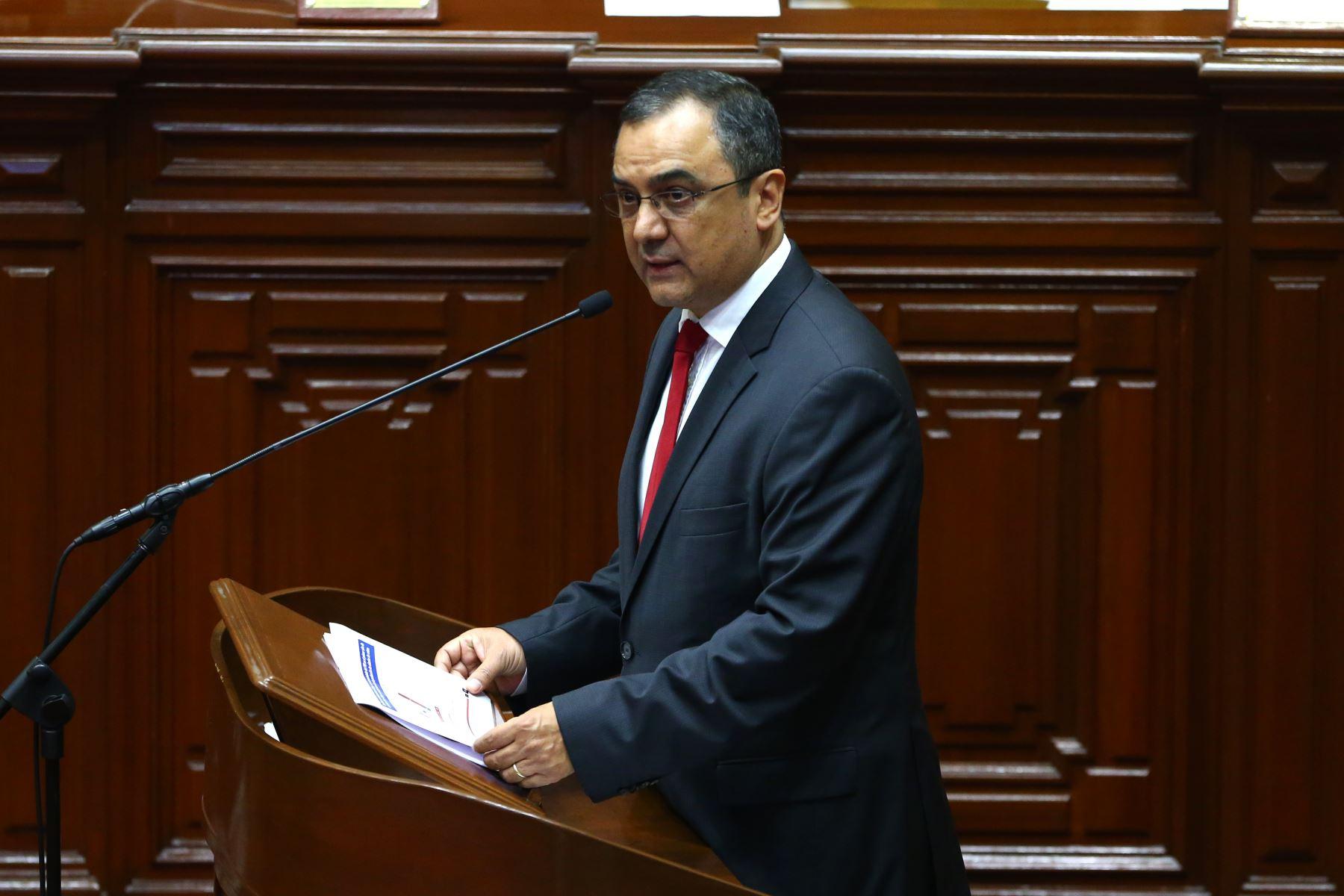 Ministro de Economía, Carlos Oliva,  responde ante la Representación Nacional sobre el caso del proyecto minero Tía María. Foto Andina/Vidal Tarqui