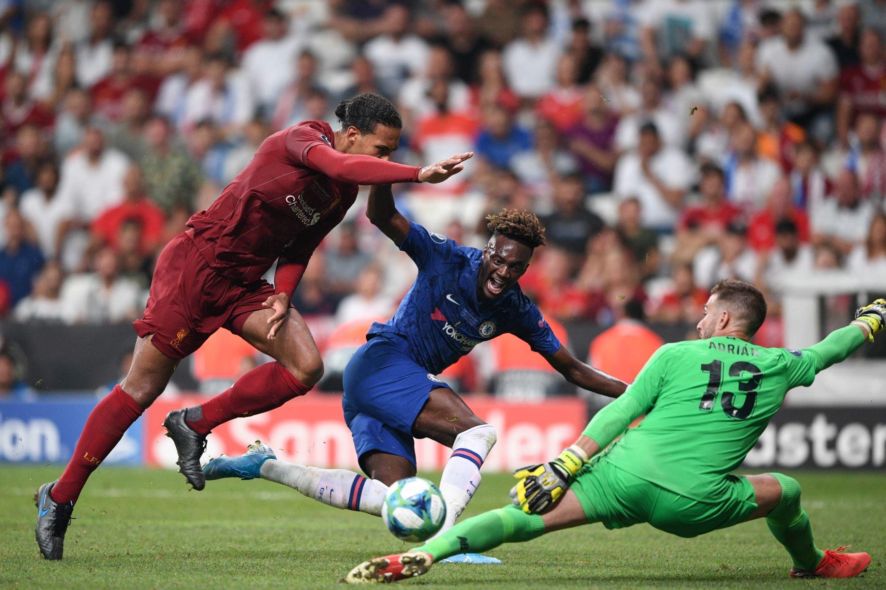 El delantero inglés del Chelsea, Tammy Abraham (C) compite por el balón con el defensor holandés del Liverpool Virgil van Dijk (L) y el portero español del Liverpool Adrian durante el partido de fútbol de la Supercopa de la UEFA 2019.Foto:AFP