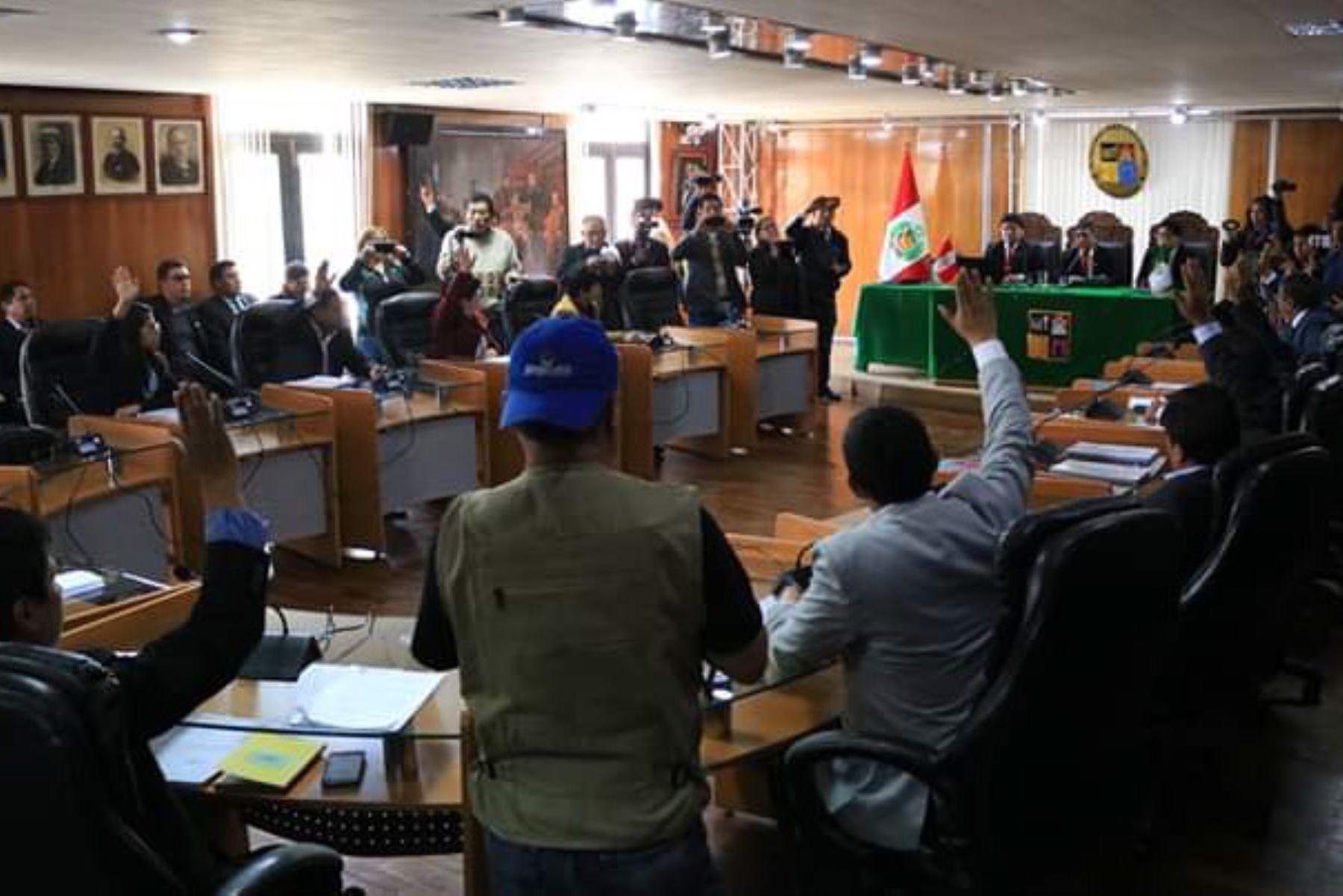 En sesión extraordinaria, el concejo provincial de Huancayo encargó la alcaldía al primer regidor Juan Carlos Quispe Ledesma. Foto: ANDINA/Pedro Tinoco