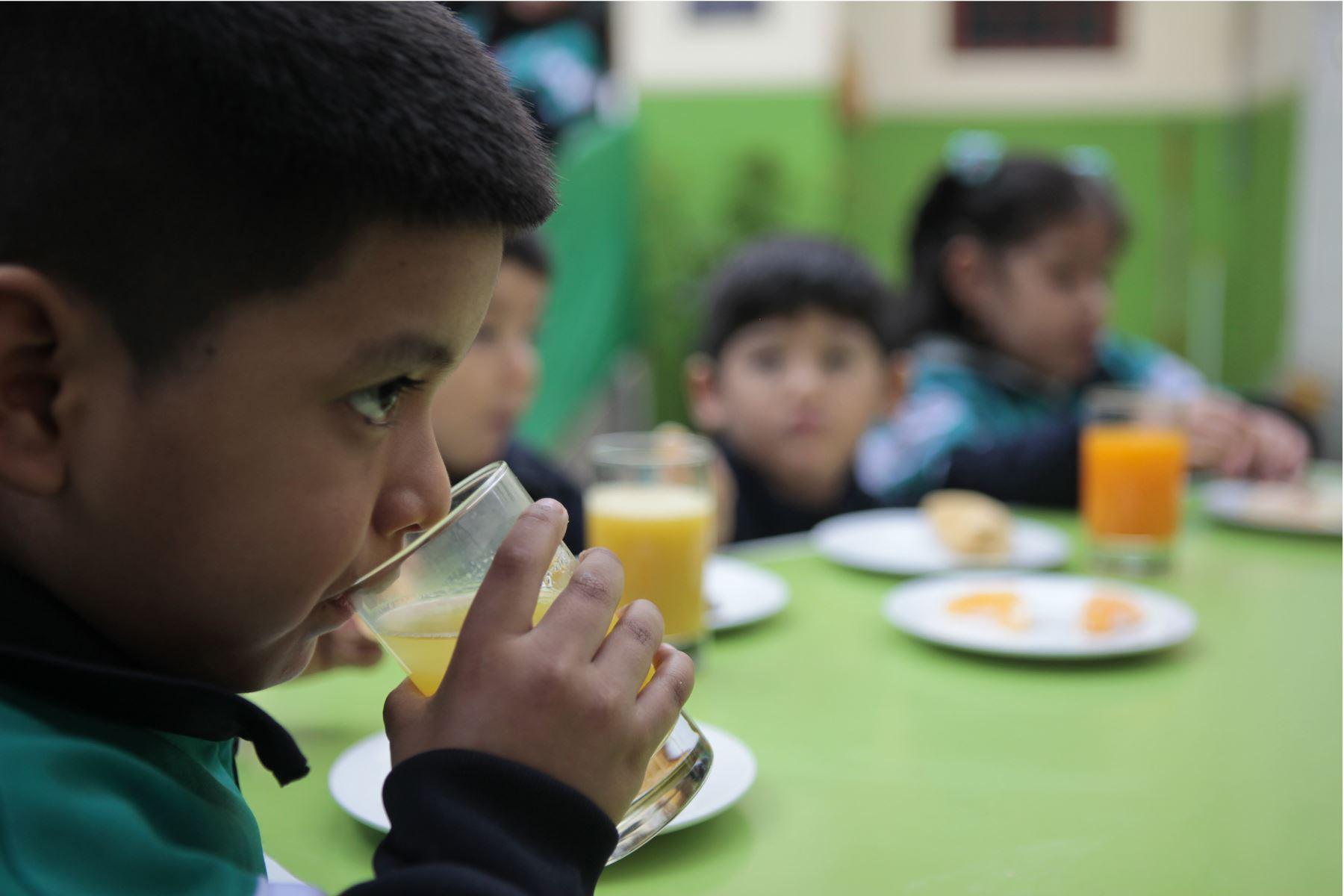 Ministerio de Salud presenta alternativas de desayunos de invierno preparados con cereales andinos y productos de la selva. Niños degustan desayuno de choclo, queso, pan y jugo de maca. Foto: ANDINA/Miguel Mejía