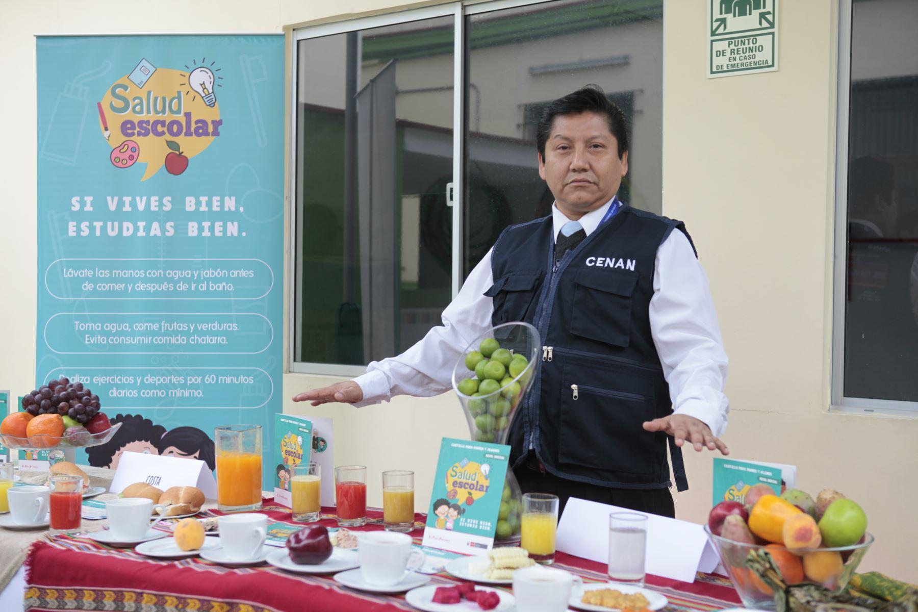 Ministerio de Salud presenta alternativas de desayunos de invierno preparados con cereales andinos y productos de la selva. Niños degustan desayuno de choclo, queso, pan, jugo de fruta y maca. Foto: ANDINA/Miguel Mejía