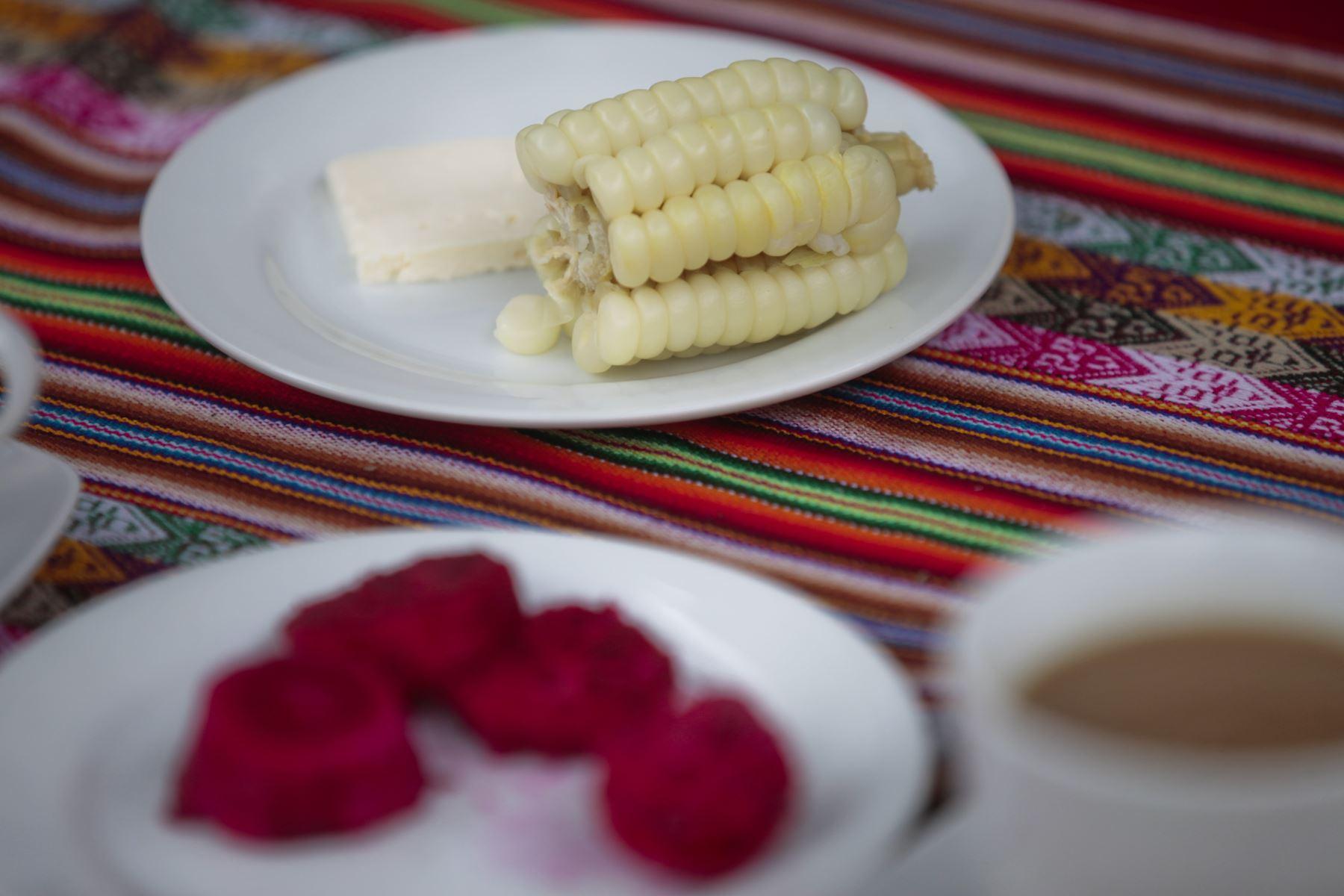 Choclo con queso. Ministerio de Salud presenta alternativas de desayunos de invierno preparados con cereales andinos y productos de la selva. Niños degustan desayuno de choclo, queso, pan, jugo de fruta y maca. Foto: ANDINA/Miguel Mejía