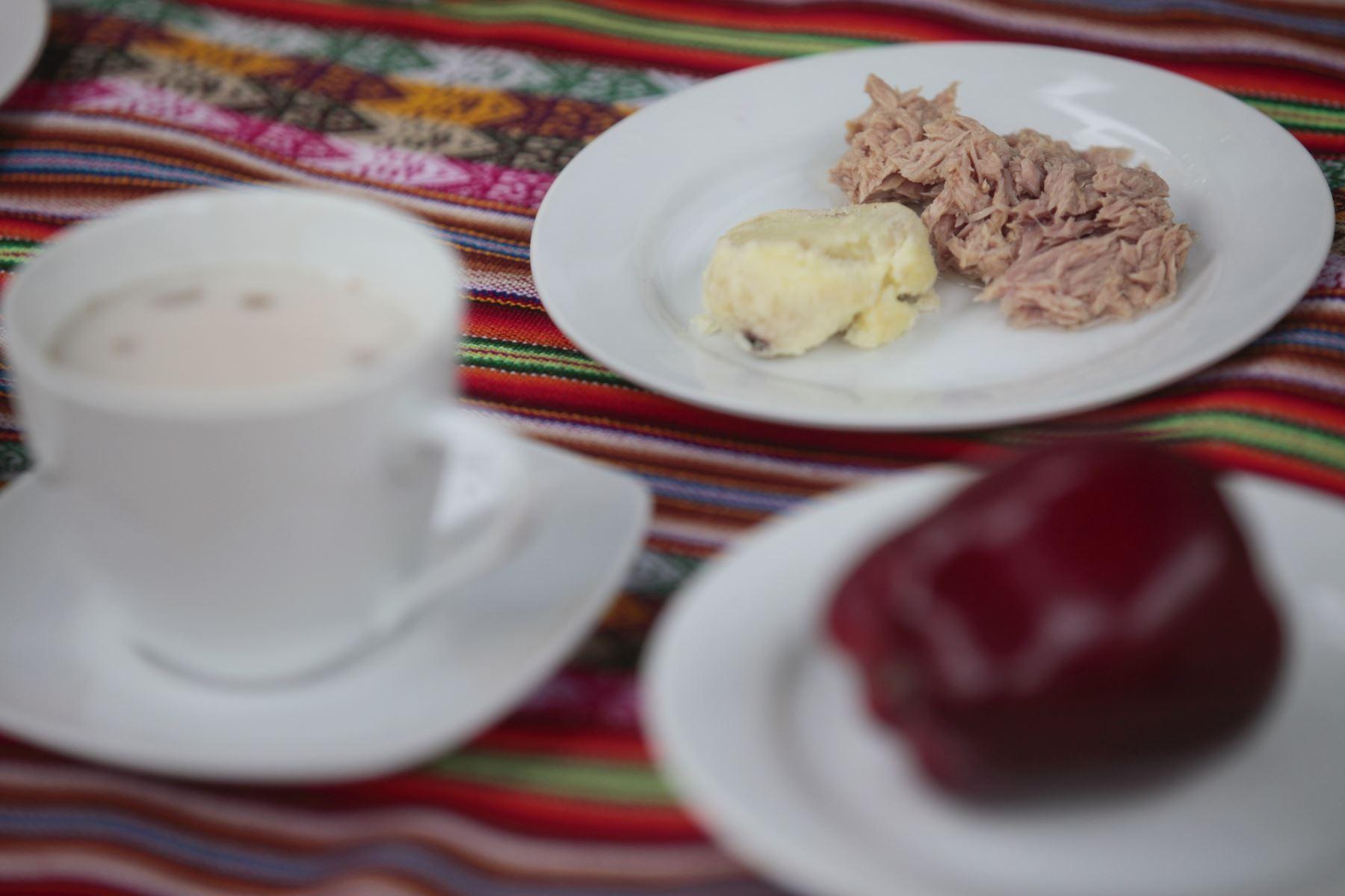 Papa con atún. Ministerio de Salud presenta alternativas de desayunos de invierno preparados con cereales andinos y productos de la selva. Niños degustan desayuno de choclo, queso, pan, jugo de fruta y maca. Foto: ANDINA/Miguel Mejía