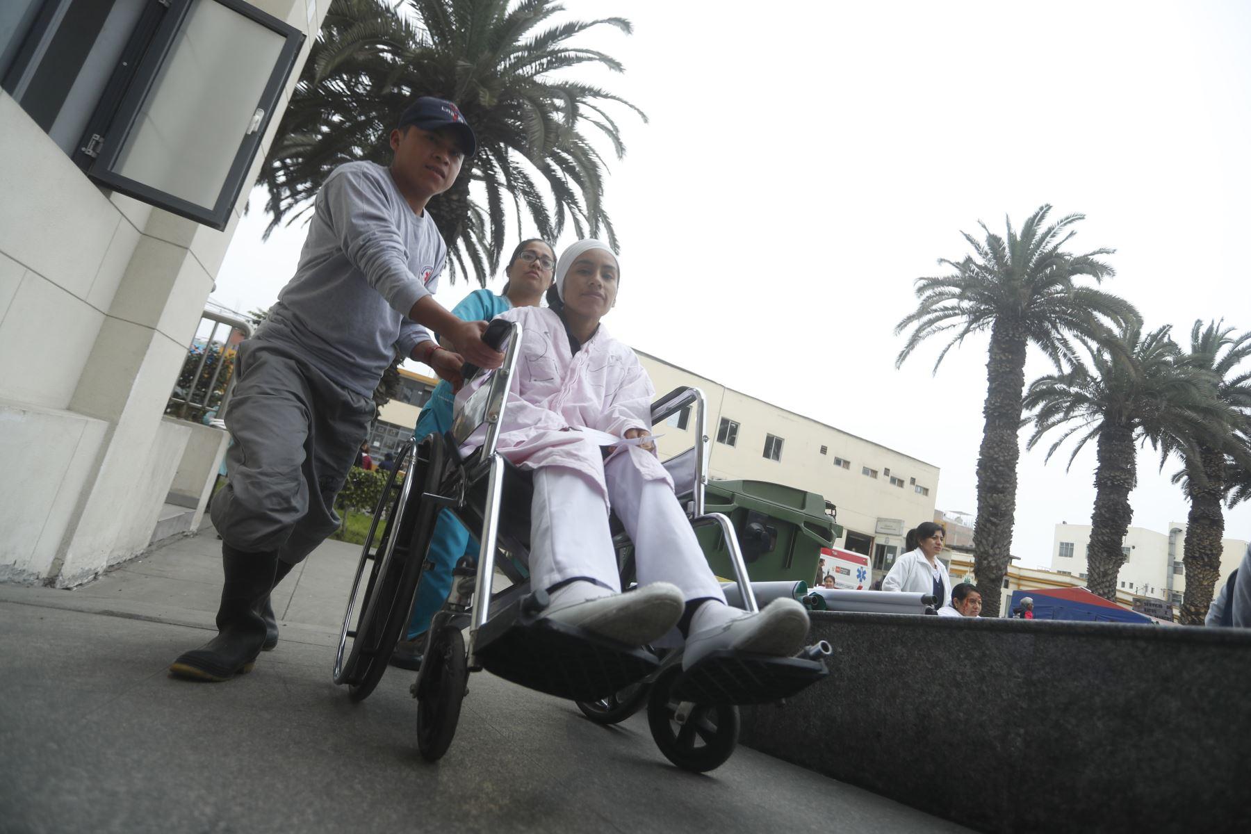 Pacientes son evacuados a zonas seguras. Foto: ANDINA/Josue Ramos