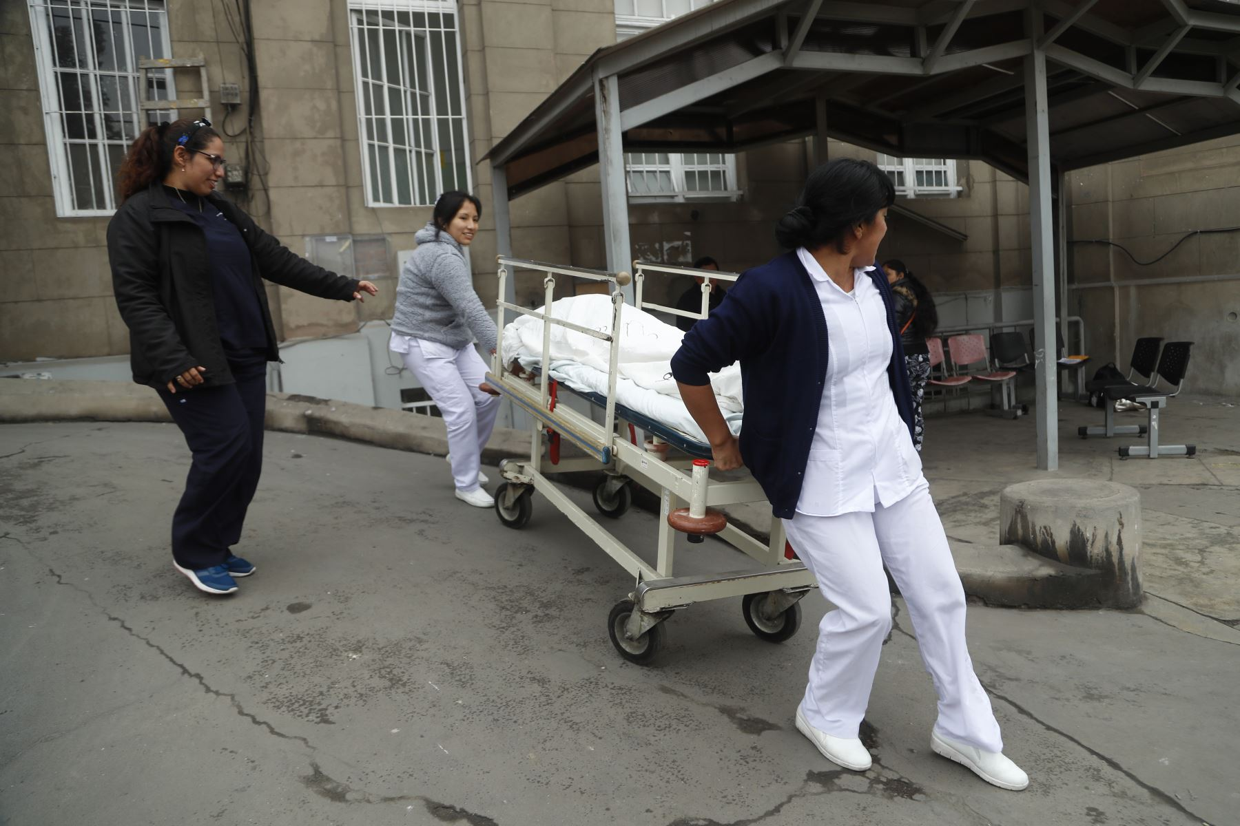Enfermos son retirados a lugares seguros. Foto: ANDINA/Josue Ramos