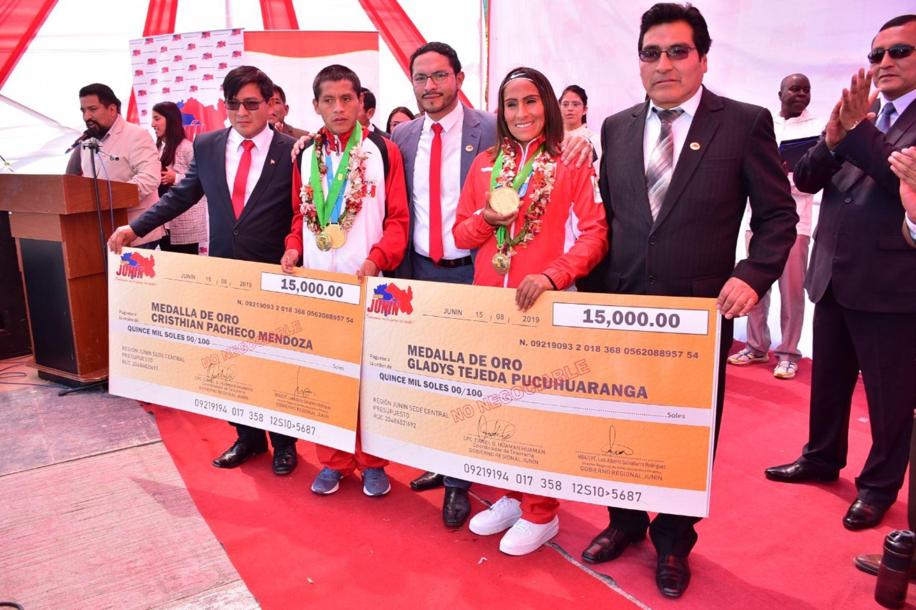 Entregan Sol Libertario de Junín y varios incentivos económicos a atletas Gladys Tejeda y Christian Pacheco ganadores de medalla de oro, en los juegos panamericanos Lima 2019.Foto:ANDINA/Difusión